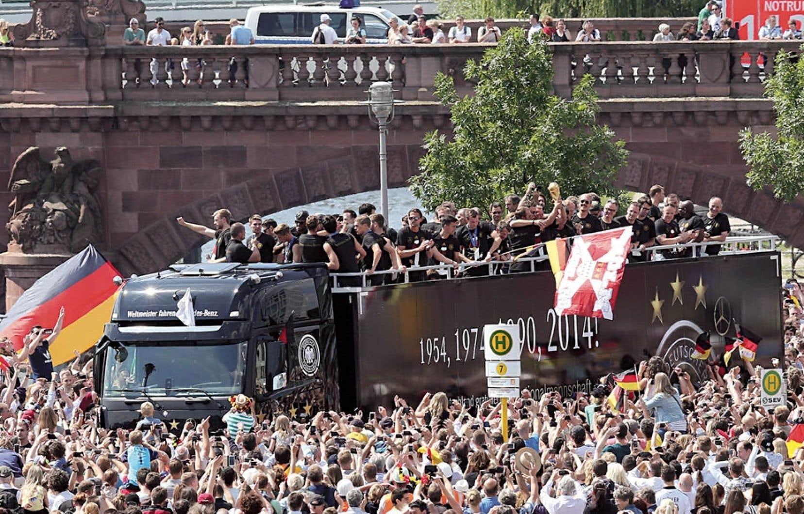 Quelque 400 000 personnes ont bruyamment acclamé mardi à Berlin les membres de l'équipe d'Allemagne de soccer, gagnante de la Coupe du monde pour la quatrième fois de l'histoire à la suite de sa victoire contre l'Argentine dimanche.