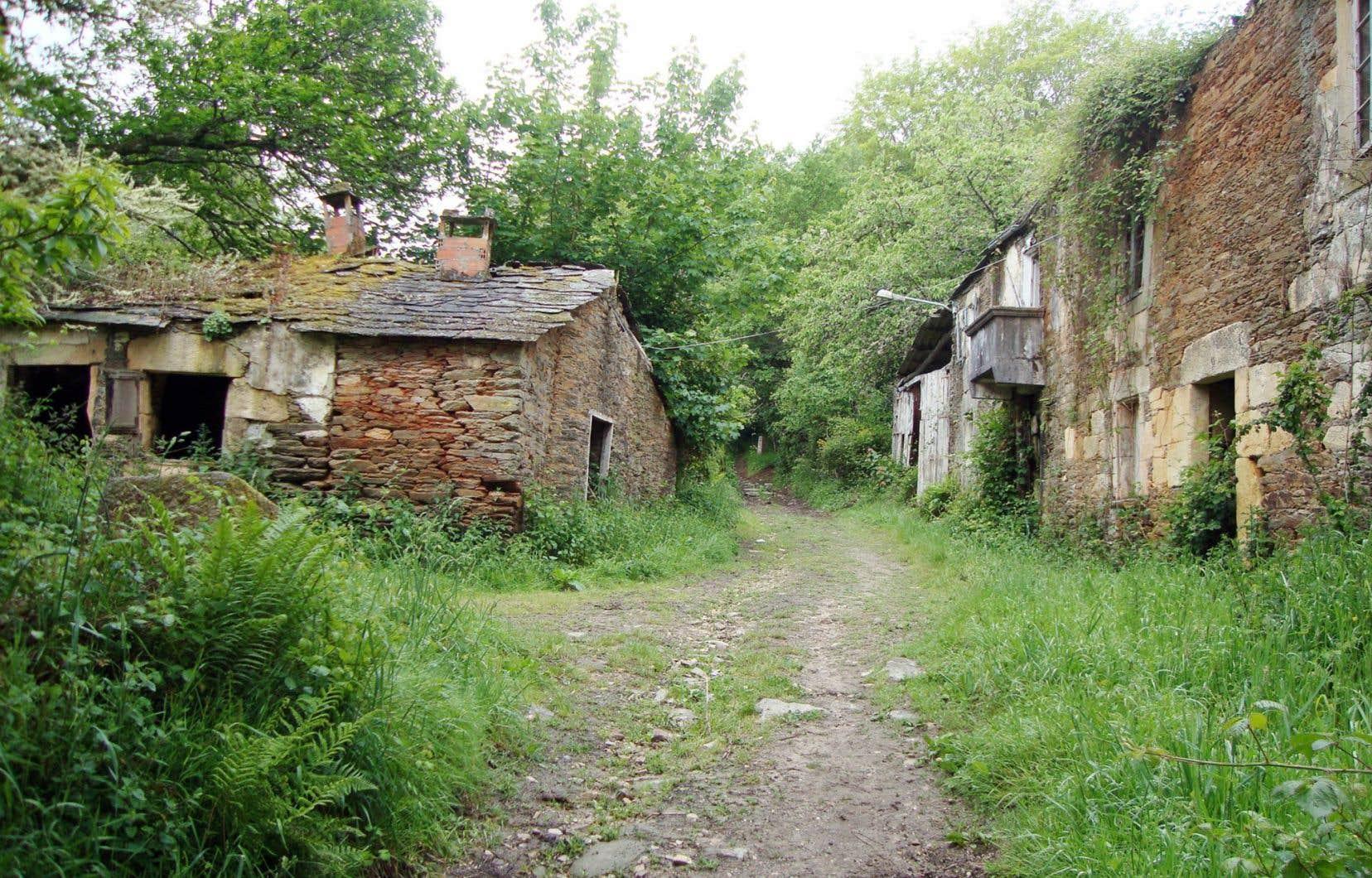 Maisons abandonnées sur le Chemin du Nord, le Camino del Norte. Les pèlerins ayant emprunté la voie de Soulac, en France, y poursuivent leur périple en terre espagnole.