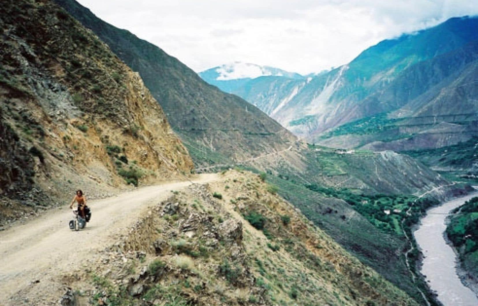 La descente sera dantesque: 60 kilomètres sur une route de gravelle en serrant les fesses.<br />