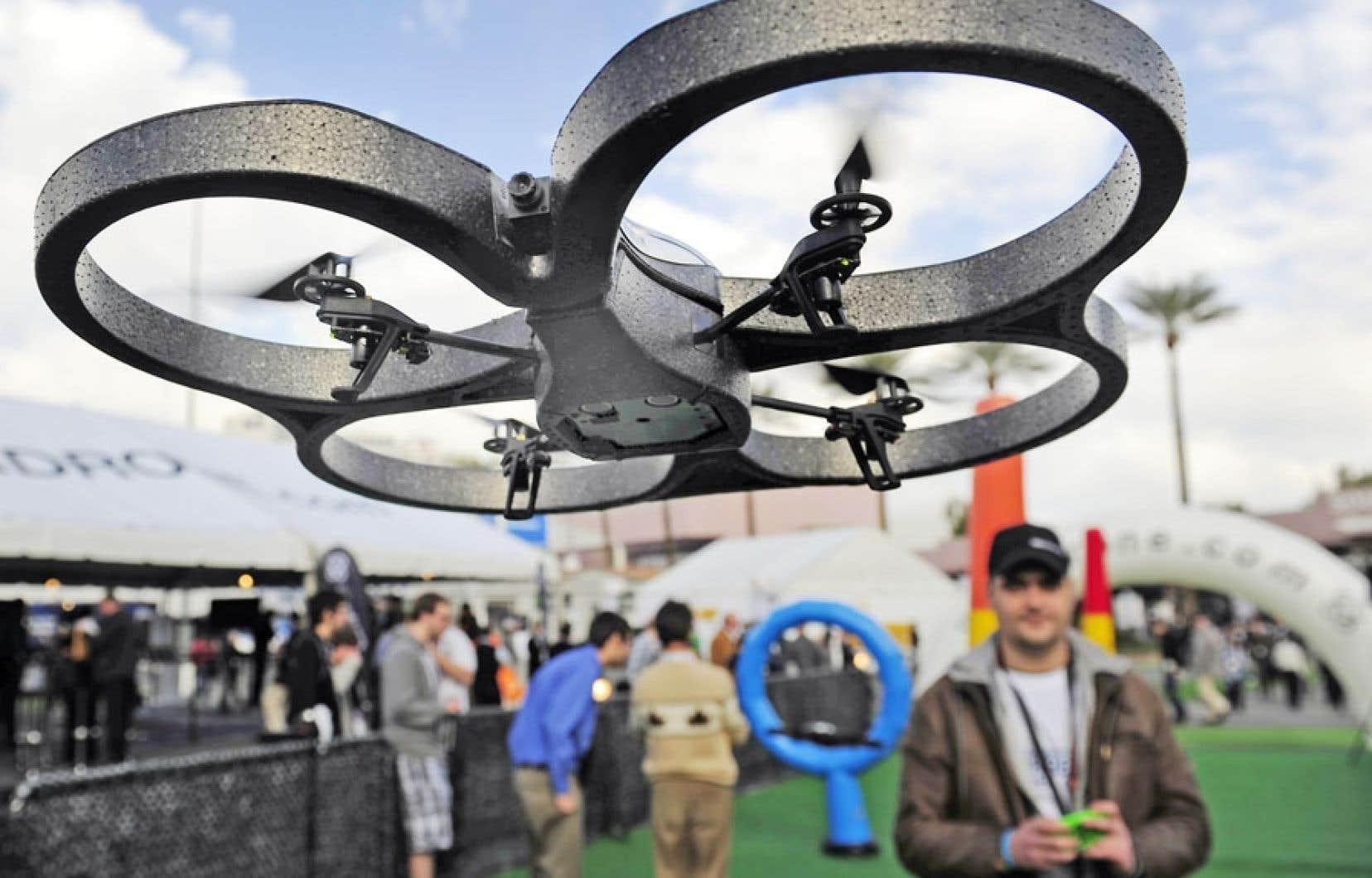 Un de ces petits drones, celui-ci contrôlé à partir d'un téléphone cellulaire