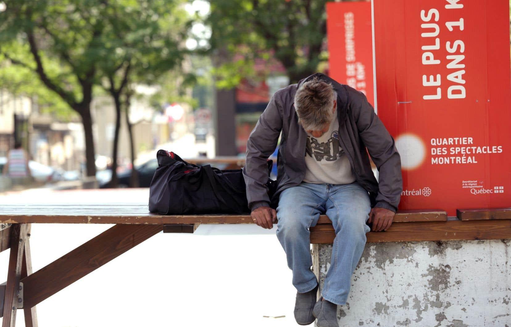 Pendant que les refuges pour personnes sans abri fonctionnent au maximum de leur capacité à Montréal en dépit du temps chaud, des millions de dollars destinés à la lutte contre l'itinérance dorment dans les coffres d'Ottawa. Une situation qui dure depuis des mois, le gouvernement du Québec étant incapable d'en arriver à une entente avec le fédéral.