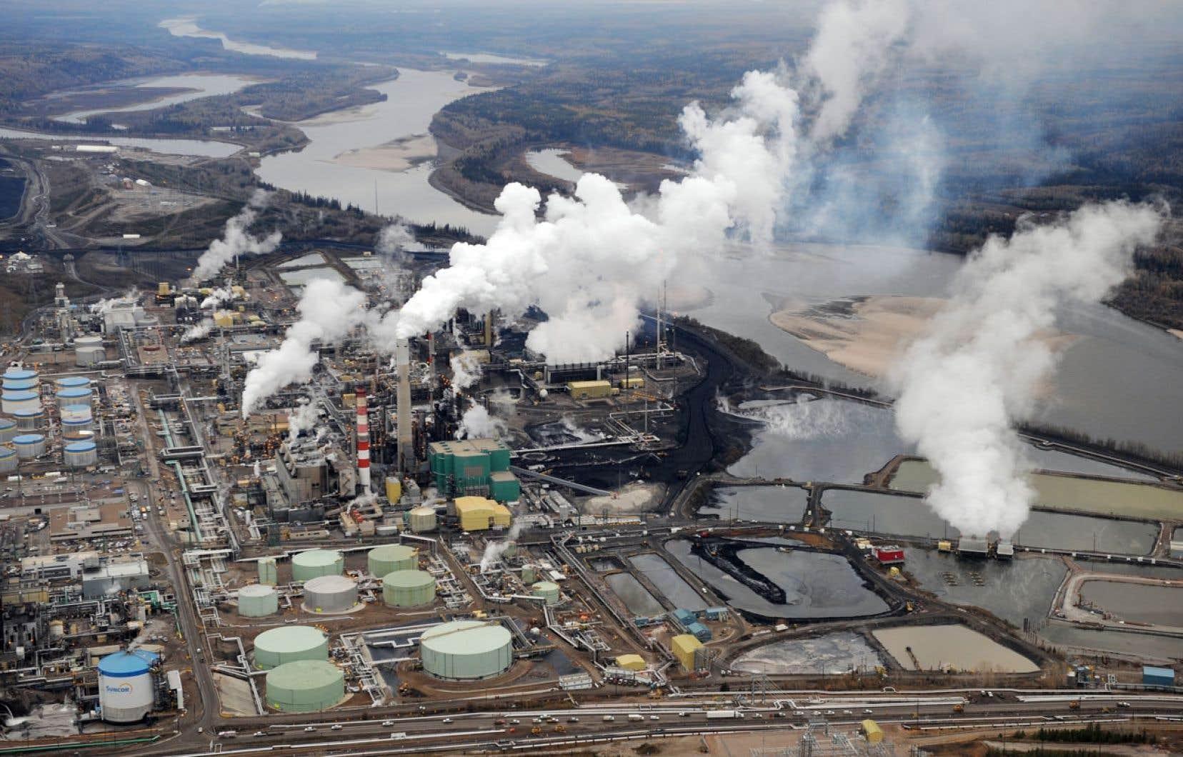 La décision de South Portland compromet l'acheminement de pétrole des sables bitumineux vers le Maine, selon Équiterre. Ci-dessus, les installations de Suncor à Fort McMurray, en Alberta.