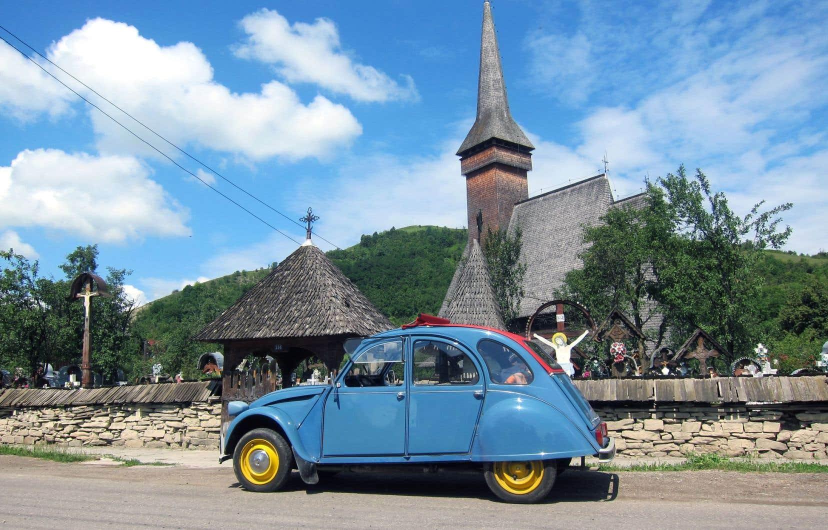 La deux-chevaux lors de son arrêt dans le village d'Ieud, en Roumanie, près de la frontière avec l'Ukraine.