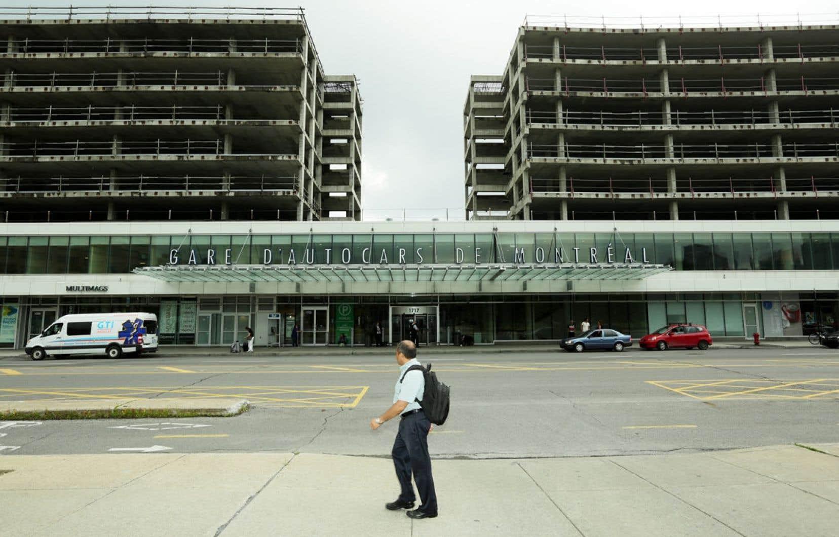 L'éléphant blanc est là, inchangé ou presque depuis 2006, à l'exception de l'ouverture, au rez-de-chaussée, de la nouvelle gare d'autocars.