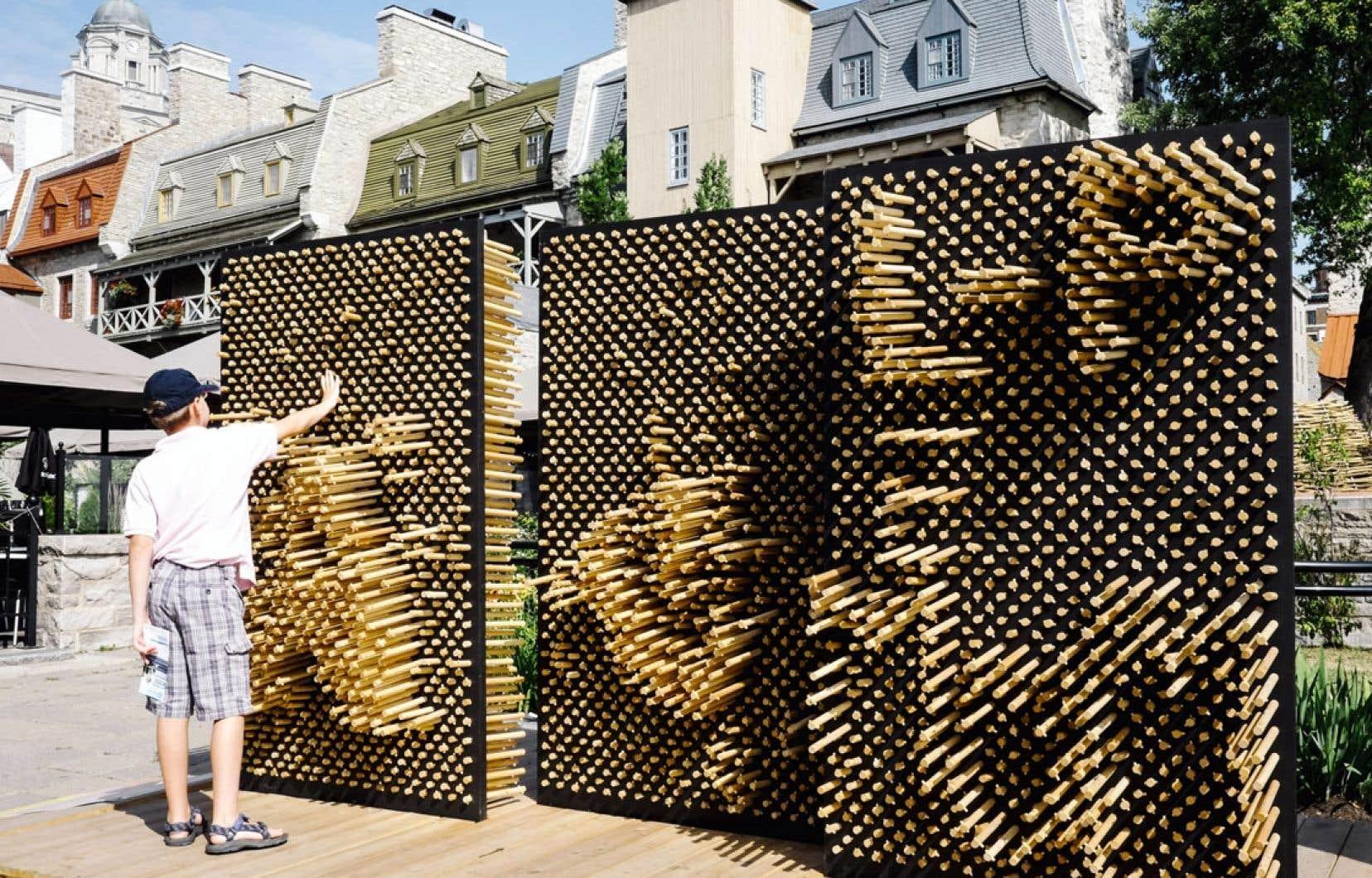 Les passants dessinent ce qui leur plaît, en poussant des goujons d'un côté et de l'autre de la paroi de l'œuvre Pousse une souche, sise rue du Marché-Champlain. L'œuvre d'art public, présentée dans le cadre de Passages insolites, est inspirée des jeux pin press et a été réalisée par le collectif 1x1x1_laboratoire de création.