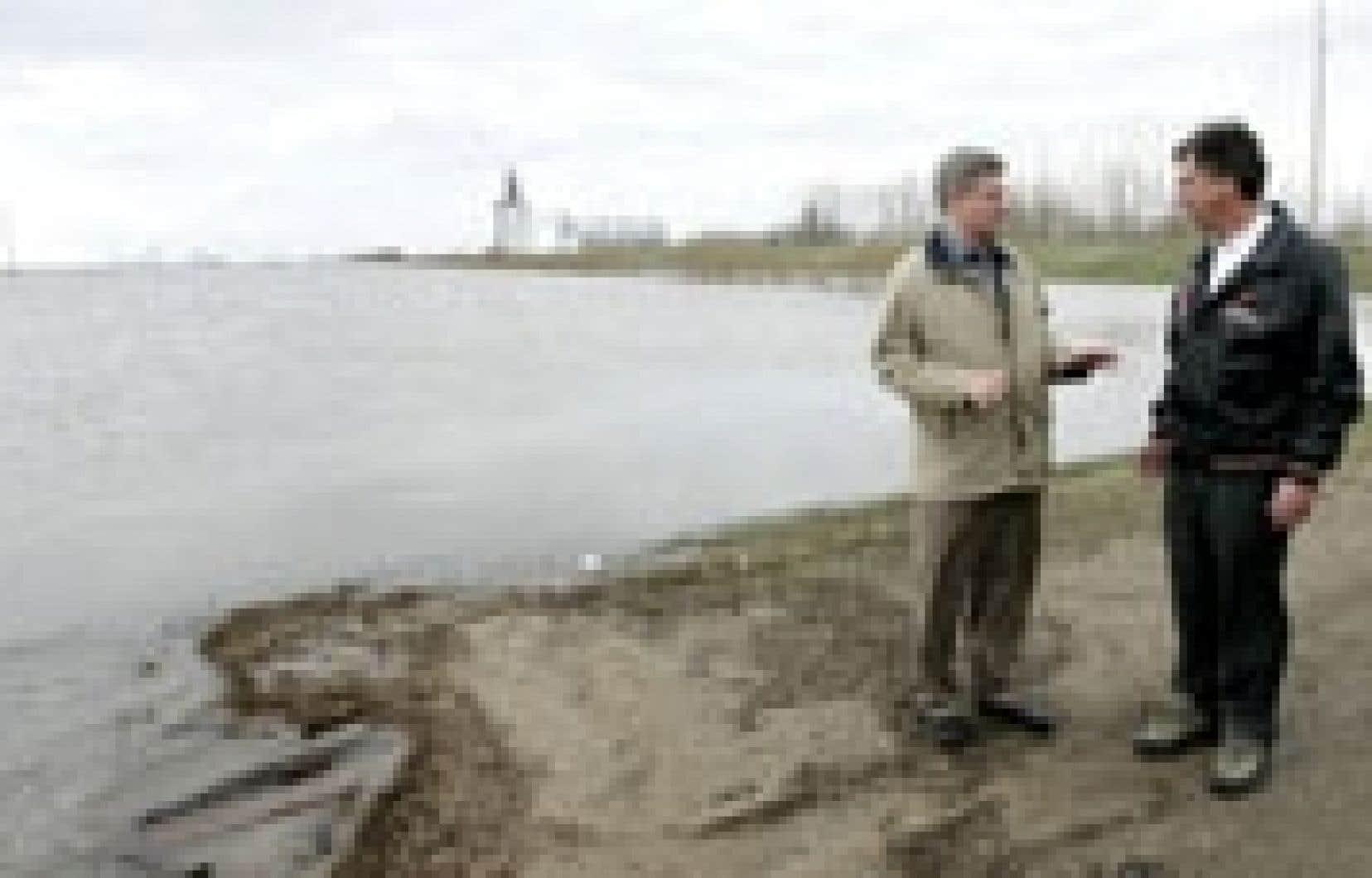 Le premier ministre Stephen Harper et son homologue du Manitoba, Garry Doer, sont allés constater la progression des crues printanières.