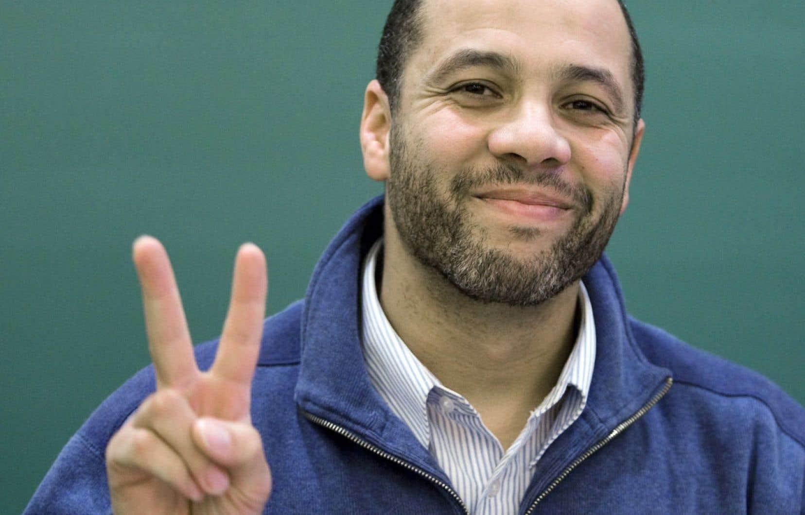 Adil Charkaoui montre un signe de victoire en 2009 alors que son avocate et lui ont réussi à faire invalider les deux certificats de sécurité lancés contre lui par le ministre de l'Immigration.
