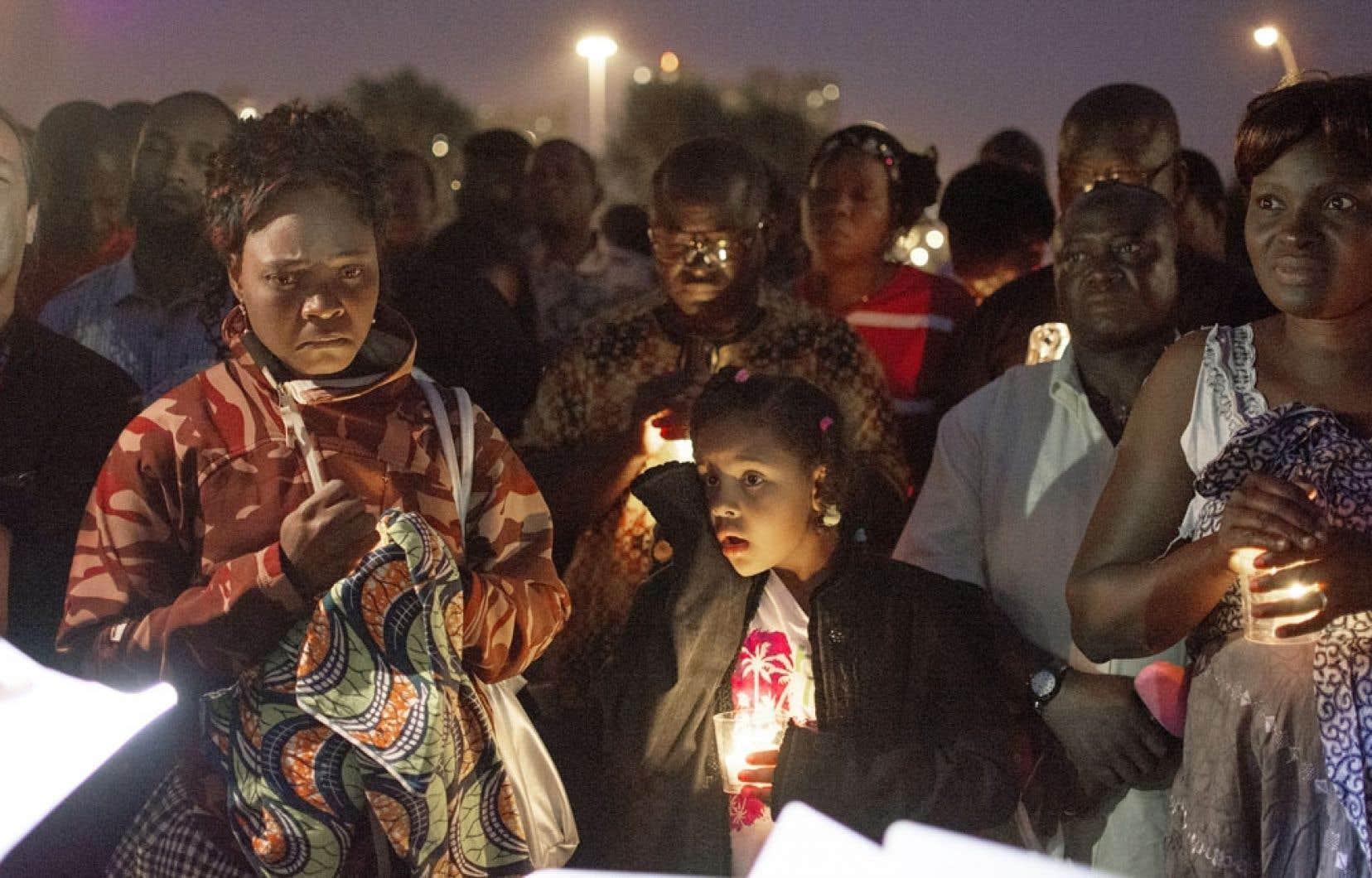 Plus de 60 personnes se sont regroupées vendredi soir au parc Marie-Victorin, à Longueuil, pour tenir une vigile à la chandelle en mémoire des victimes.