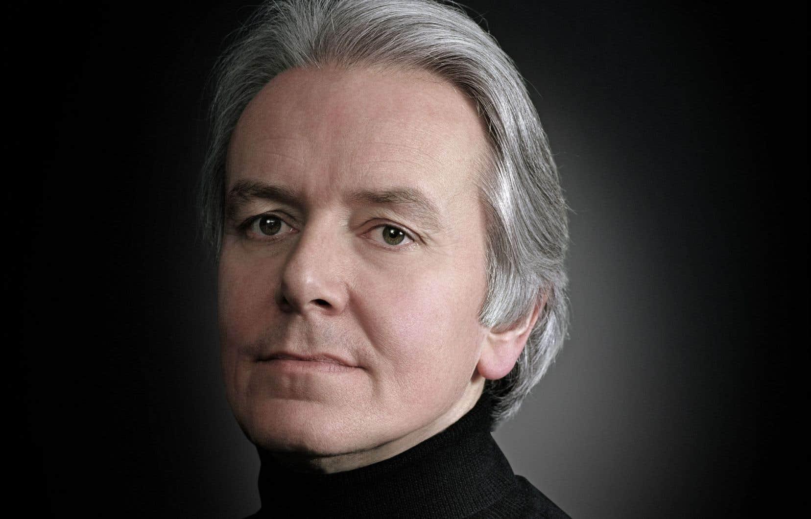 Le pianiste Christian Blackshaw va littéralement «chercher la musique » dans le moindre recoin.