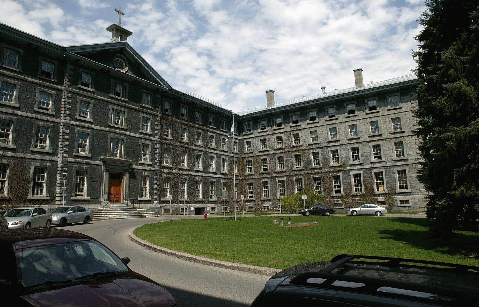 Le Collège de Montréal sur la rue Sherbrooke, construit en 1870