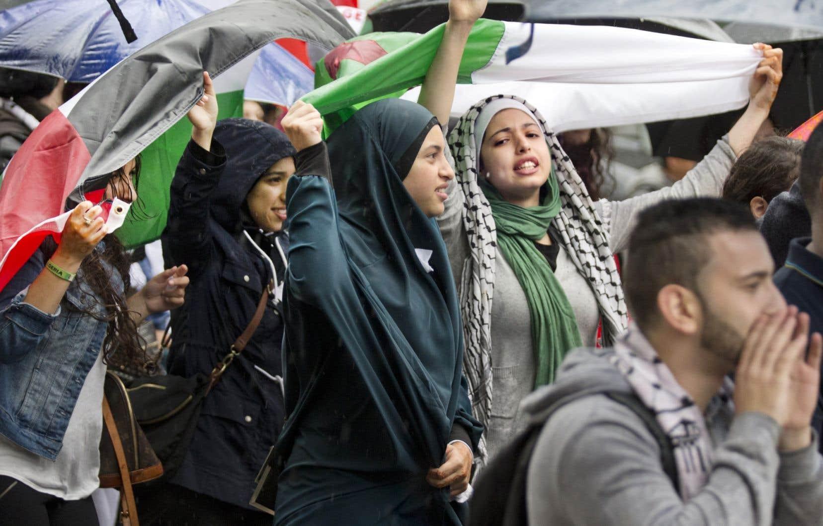 Plusieurs centaines de personnes se sont rassemblées devant le consulat général d'Israël à Montréal, lundi, au square Westmount. Le cortège, un des plus importants du genre depuis le début du conflit israélo-palestinien, a marché rue Sainte-Catherine jusqu'au square Dorchester.