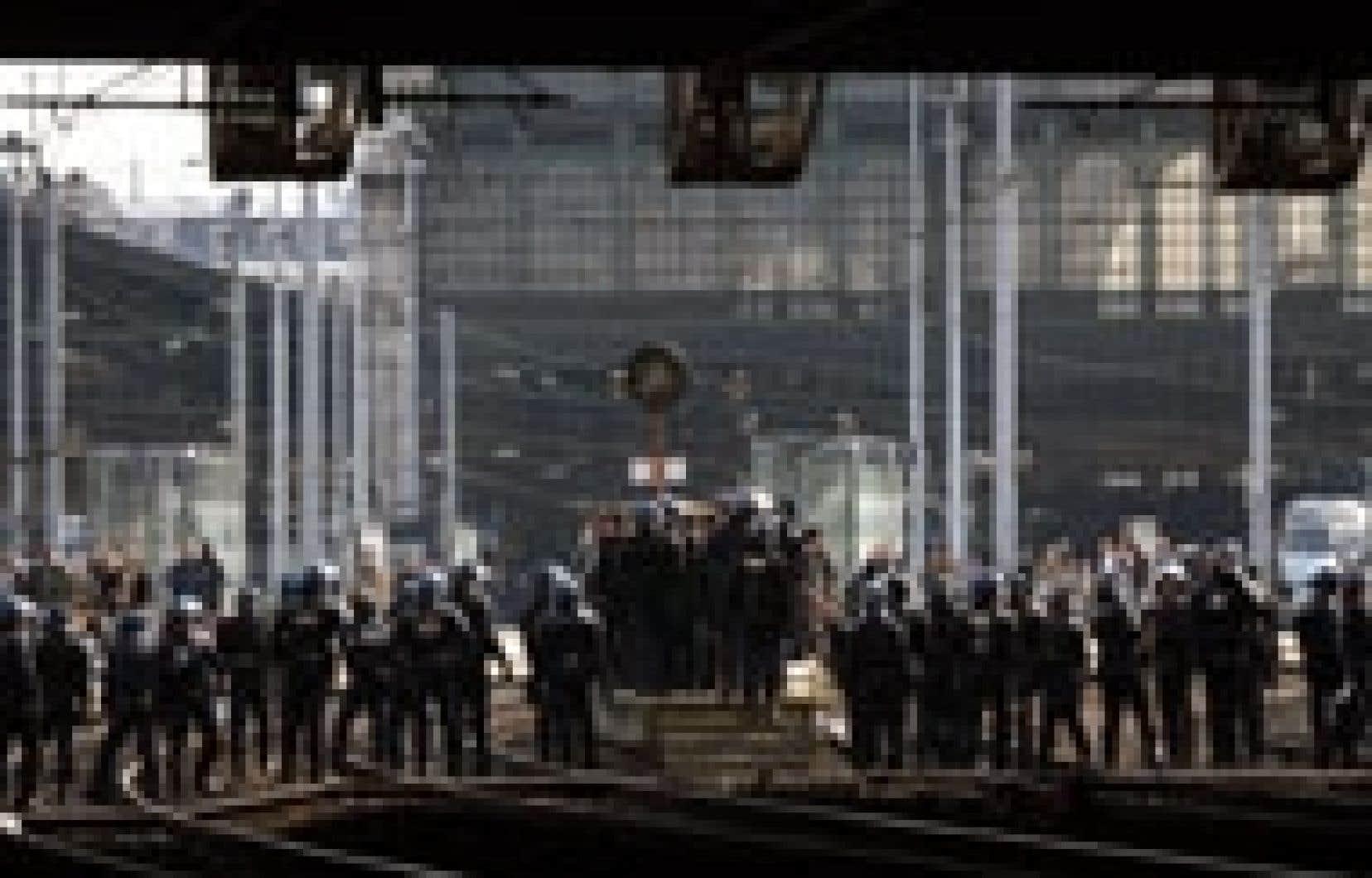 Les policiers français ont barré la route aux manifestants hier à la gare du Nord.