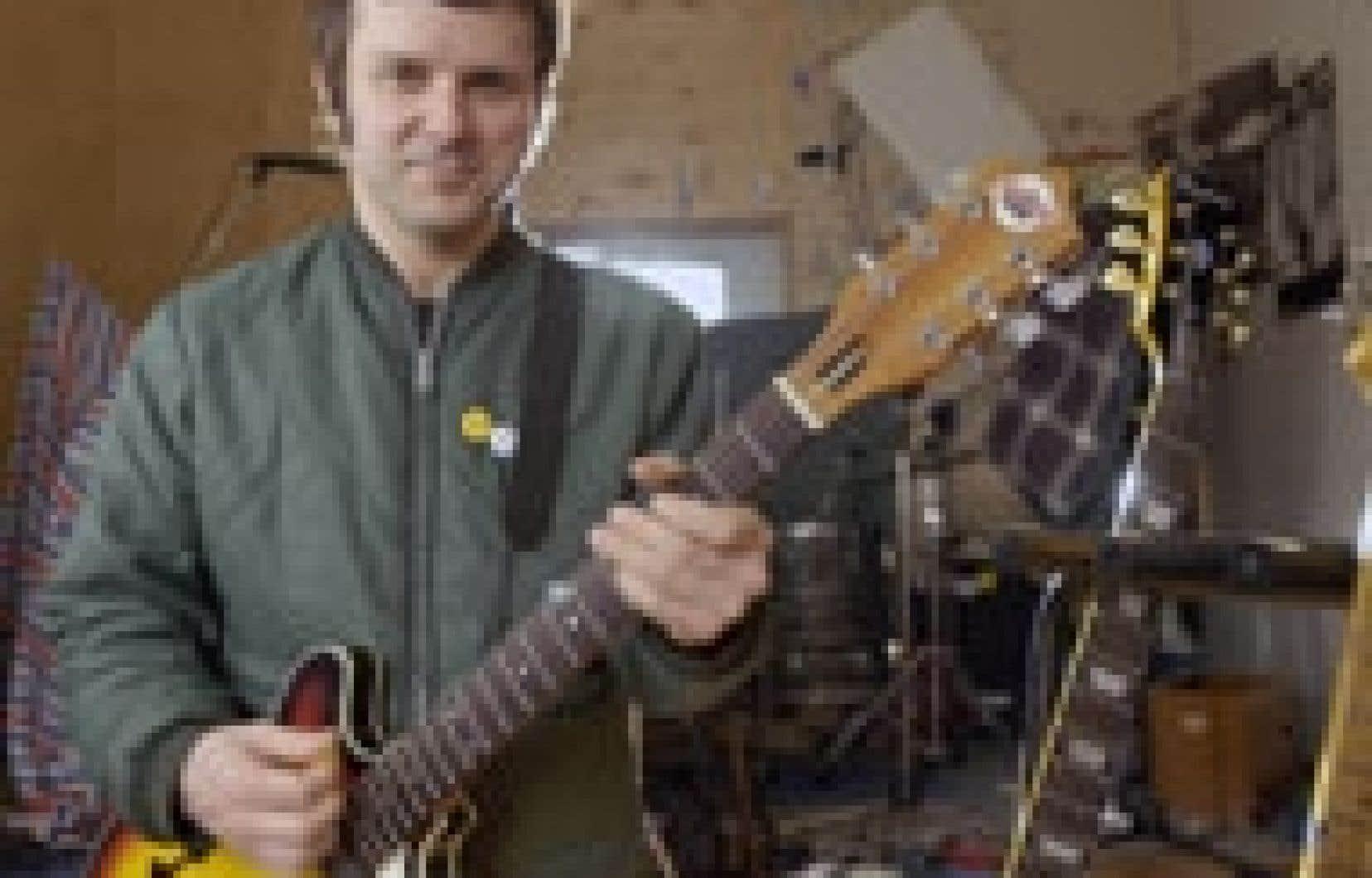 Sunny Duval, au studio Beat Box, entouré de ses guitares... «ses vieilles bonnes femmes», comme il aime les qualifier.