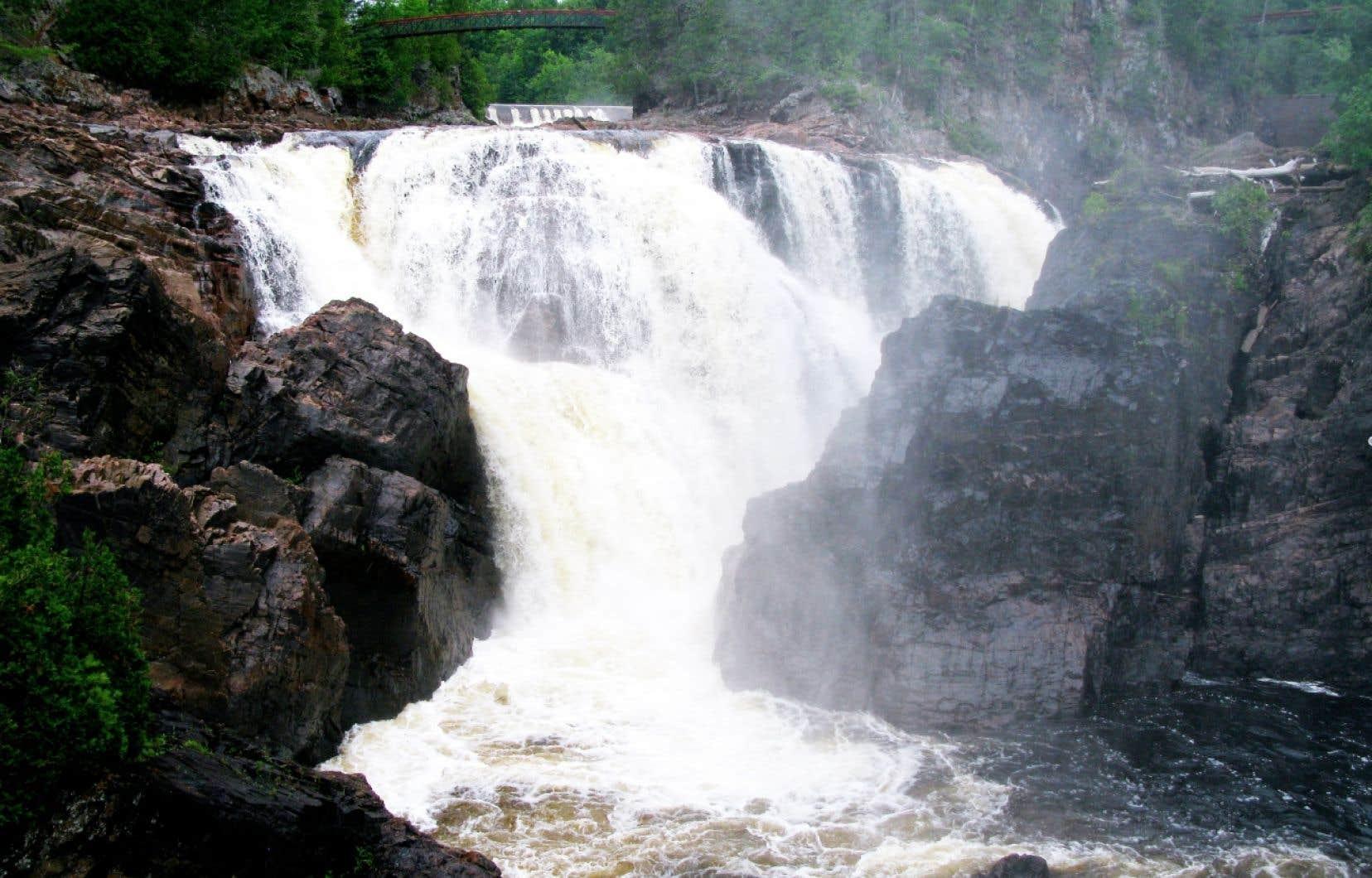 C'est sur le site des chutes Coulonge que débute la carrière fulgurante de l'entrepreneur et baron du bois George Bryson, à la fin des années 1830.