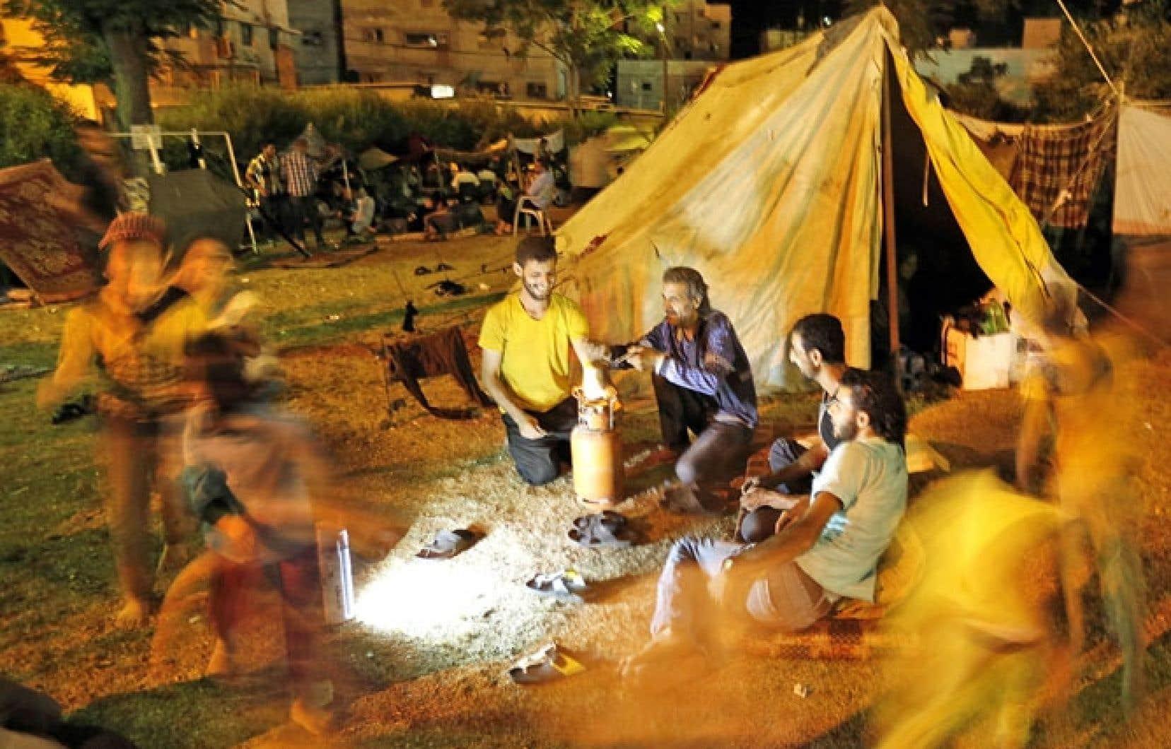 Des Palestiniens ont établi un camp devant l'hôpital al-Shifa après le bombardement de leur maison par des frappes israéliennes le 2 août.