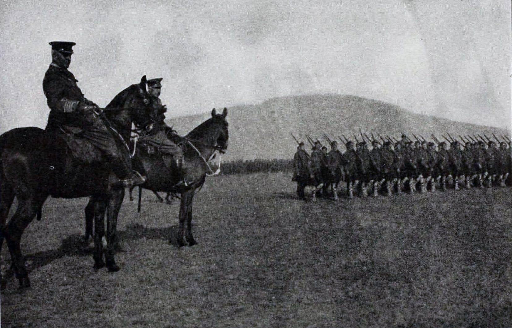 Les 31 200 hommes du premier contingent canadien avant leur départ pour la Grande-Bretagne, en 1915.
