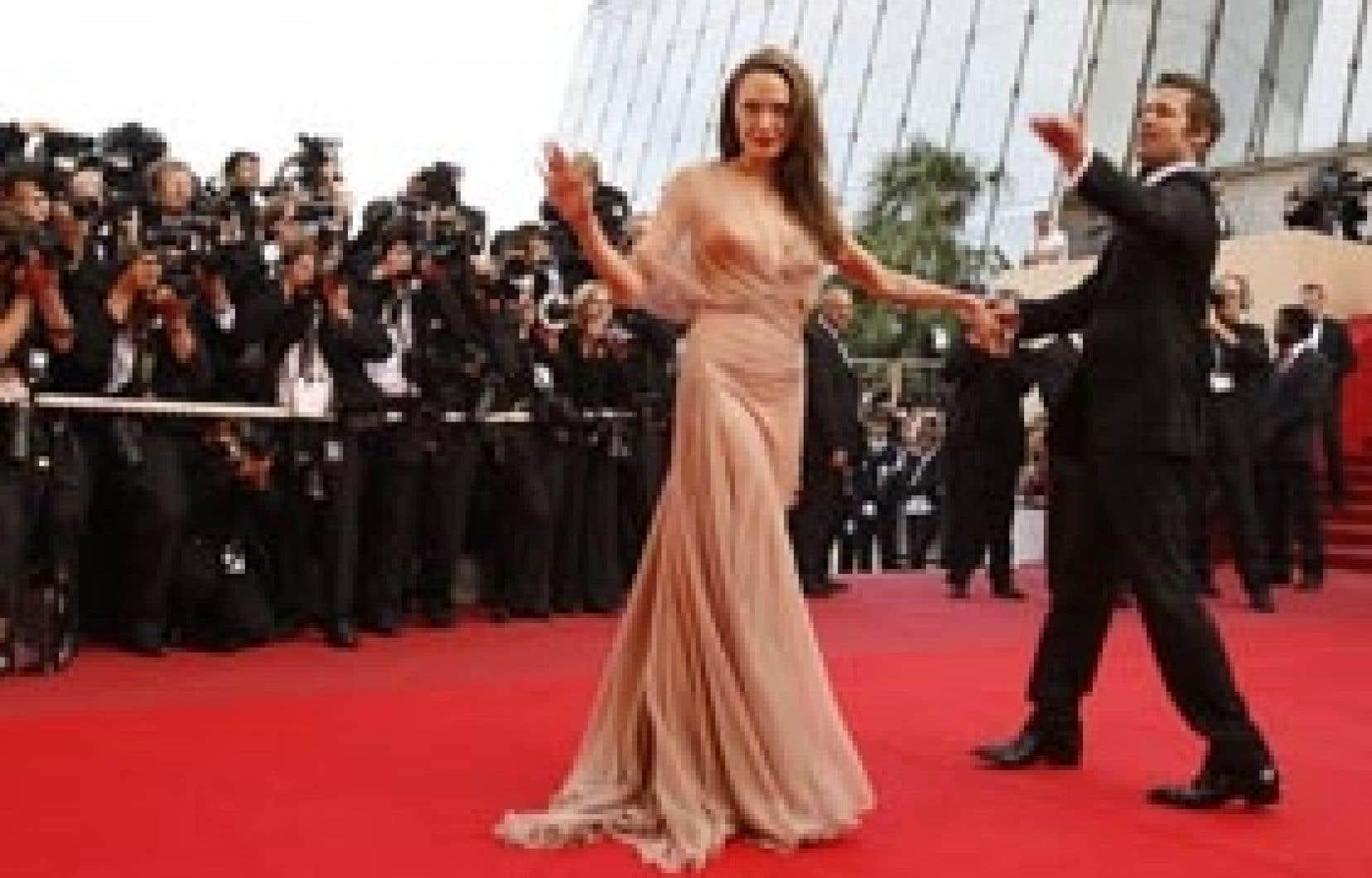 Brad Pitt et sa compagne Angelina Jolie esquissent quelques pas de danse à leur arrivée à la projection du film Inglorious Basterds, de Quentin Tarantino, dans lequel Pitt défend le rôle principal.