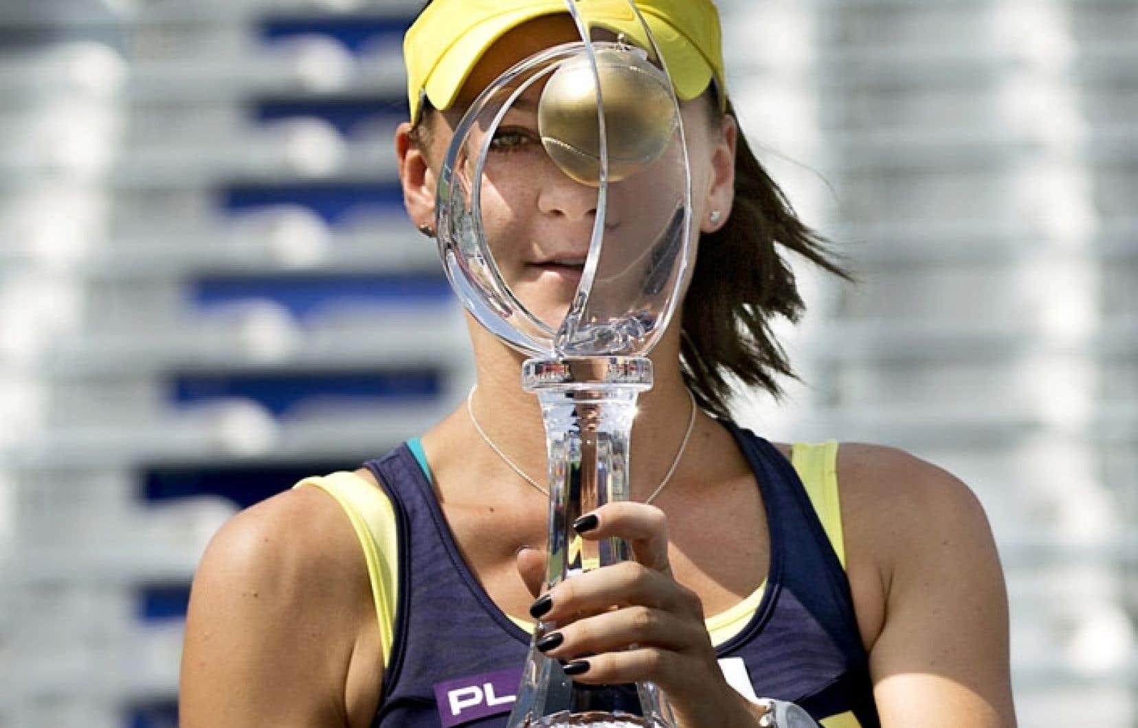 La jeunesse aura eu raison de l'expérience dimanche lors de la finale du volet féminin de la Coupe Rogersà Montréal. Agnieszka Radwanska, troisième tête de série, a remporté son premier tournoi cette année.