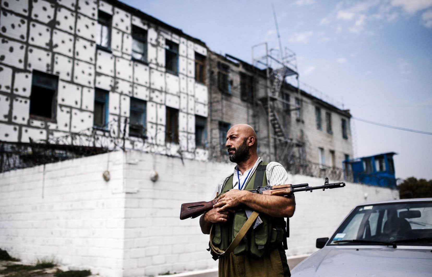 Un obus est tombé lundi sur une prison de l'ouest de Donetsk, tuant un détenu et permettant à plus de 100 autres de s'échapper.