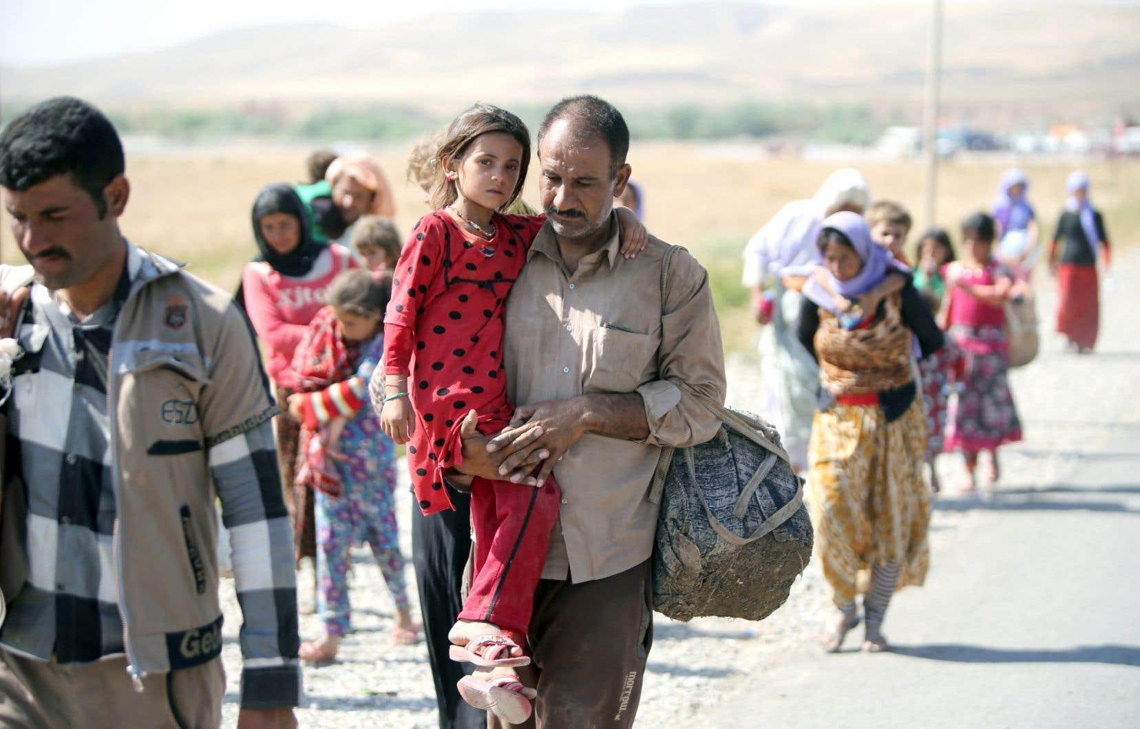 Au moins 20000 civils de la communauté des Yazidis, au nord de l'Irak, ont fui en Syrie. Les membres de cette communauté persécutée par l'EI sont repoussés vers les montagnes arides où ils risquent de mourir de soif.
