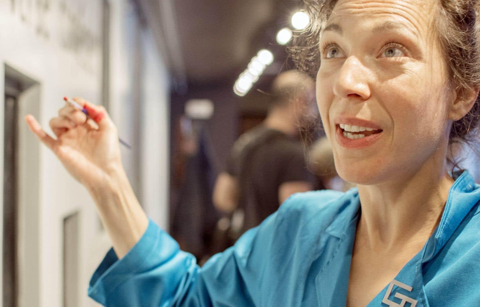 La nouvelle résidente de l'Espace Go, Evelyne de la Chenelière, écrit sur les murs du théâtre pour faire corps avec le lieu.