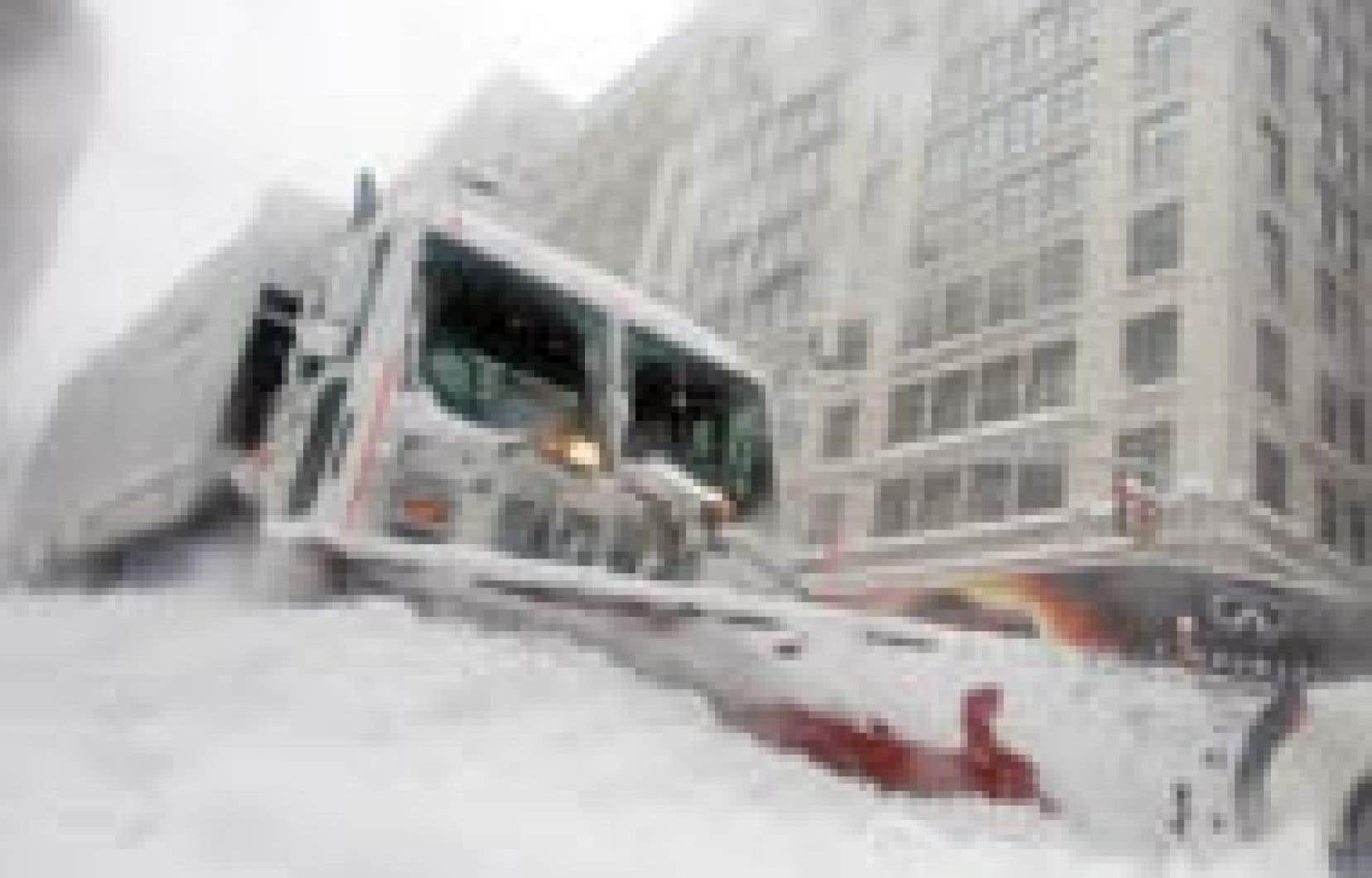 Un chasse-neige à Central Park, hier à New York, où les chutes de neige ont dépassé les 68 cm, fracassant ainsi un record établi en 1947.