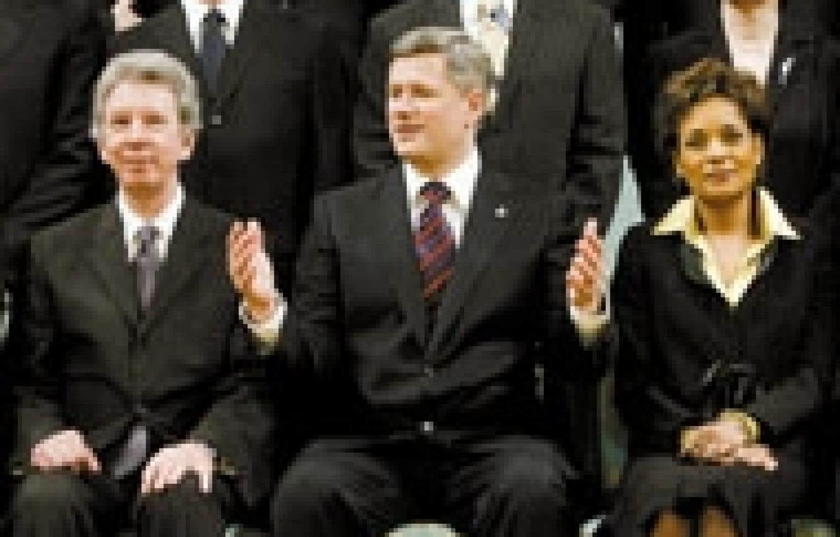Le nouveau premier ministre du Canada, Stephen Harper, entouré de Jean-Pierre Blackburn, nommé ministre du Travail et de l'Agence de développement économique pour les régions du Québec, et de Michaëlle Jean, gouverneure générale du Canada.