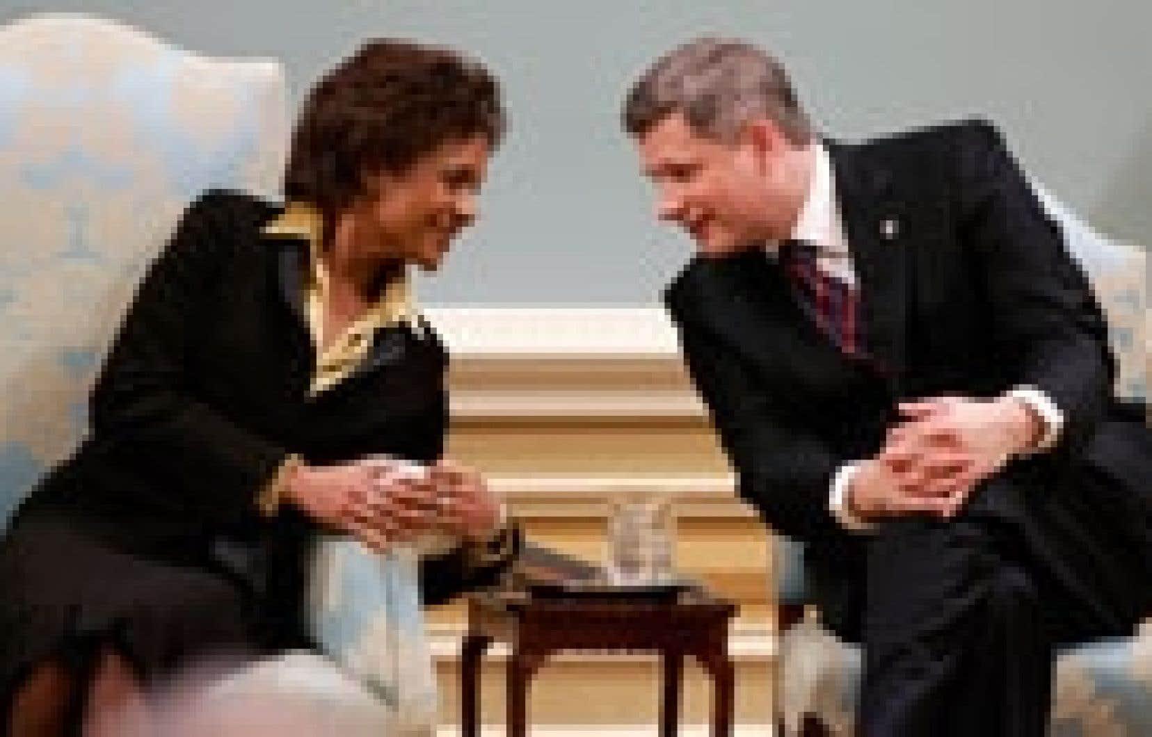 La gouverneure générale Michaëlle Jean et le premier ministre Stephen Harper ont échangé quelques mots durant la cérémonie.