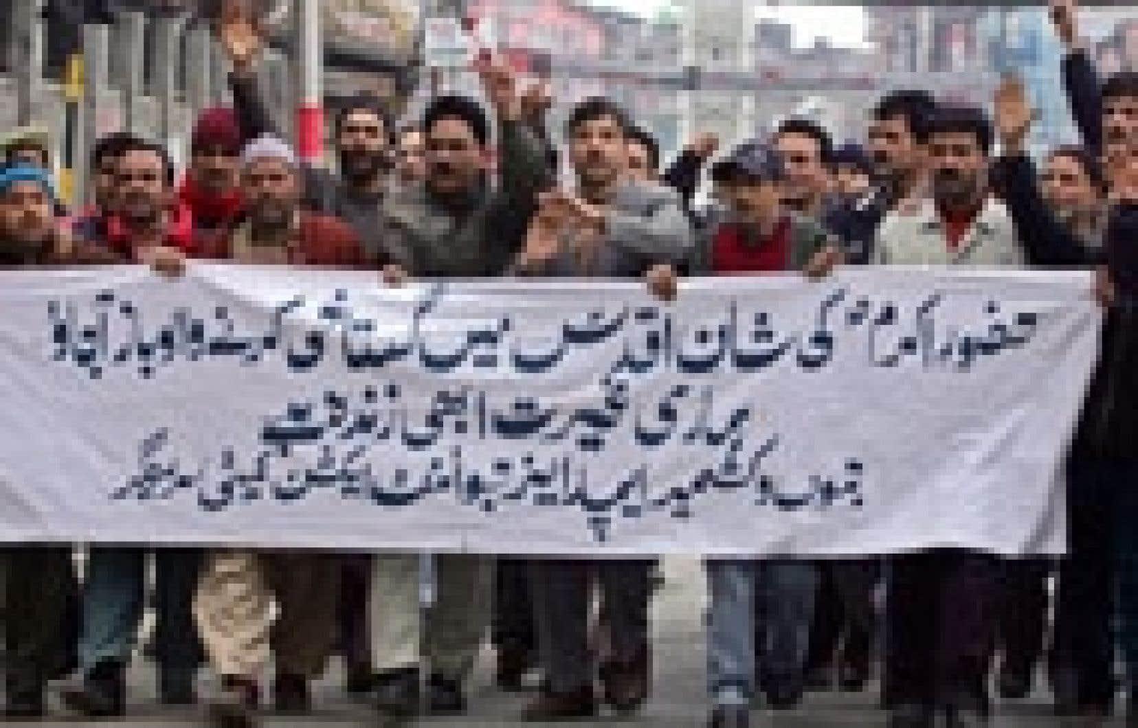 Des employés du gouvernement du Cachemire ont manifesté hier à Srinagar.