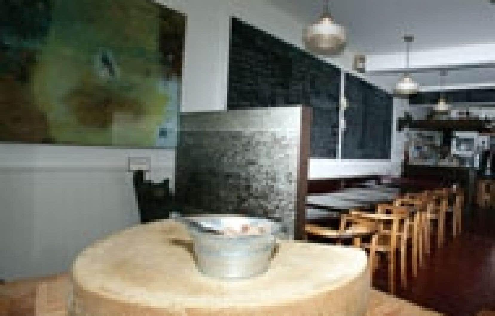 En entrant au restaurant, un gruyère entier trône avec fière allure sur un billot de boucher, annonçant les couleurs de l'établissement.