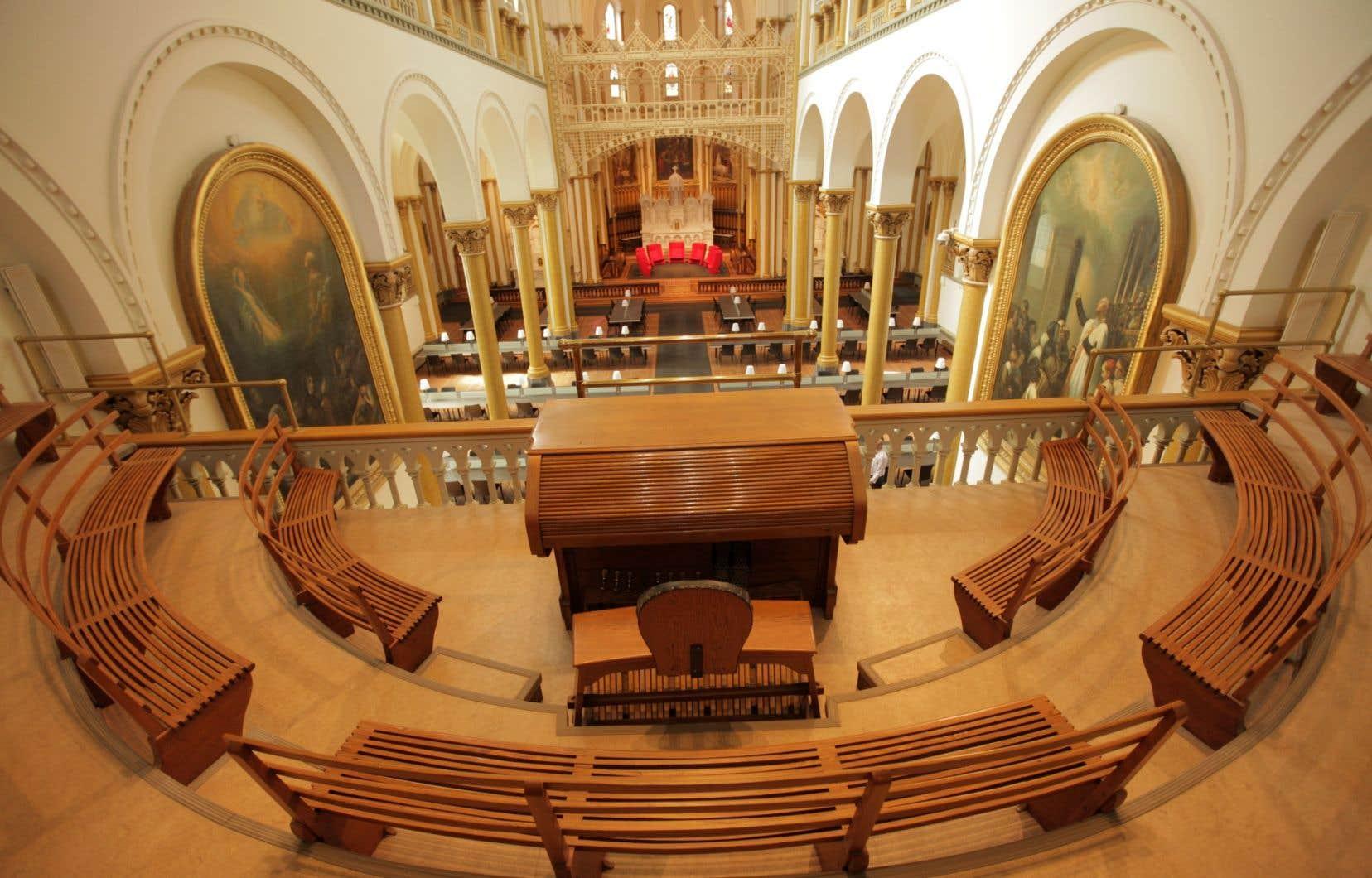 La chapelle transformée en magistrale salle de lecture de 300 places. Le salon rouge occupe désormais son chœur.