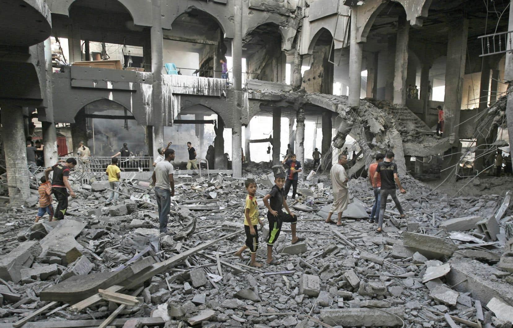 Des Palestiniens constatent l'ampleur des dégâts des bombardements.