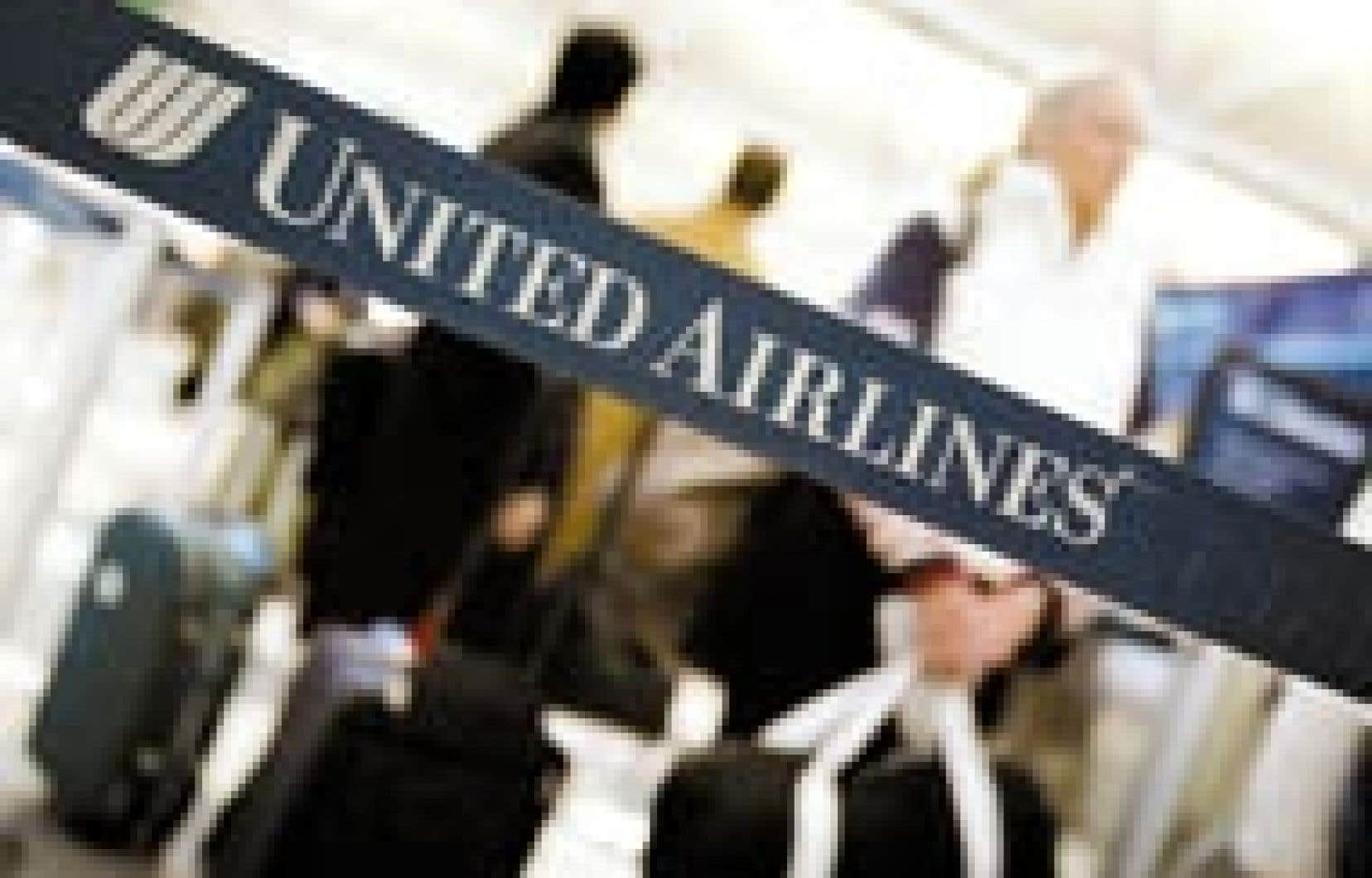 Des passagers patientent pour faire enregistrer leurs bagages à un comptoir d'United Airlines. UAL, deuxième transporteur des États-Unis pour son trafic, s'était placé sous la protection de la loi américaine sur les faillites — dite chapitre