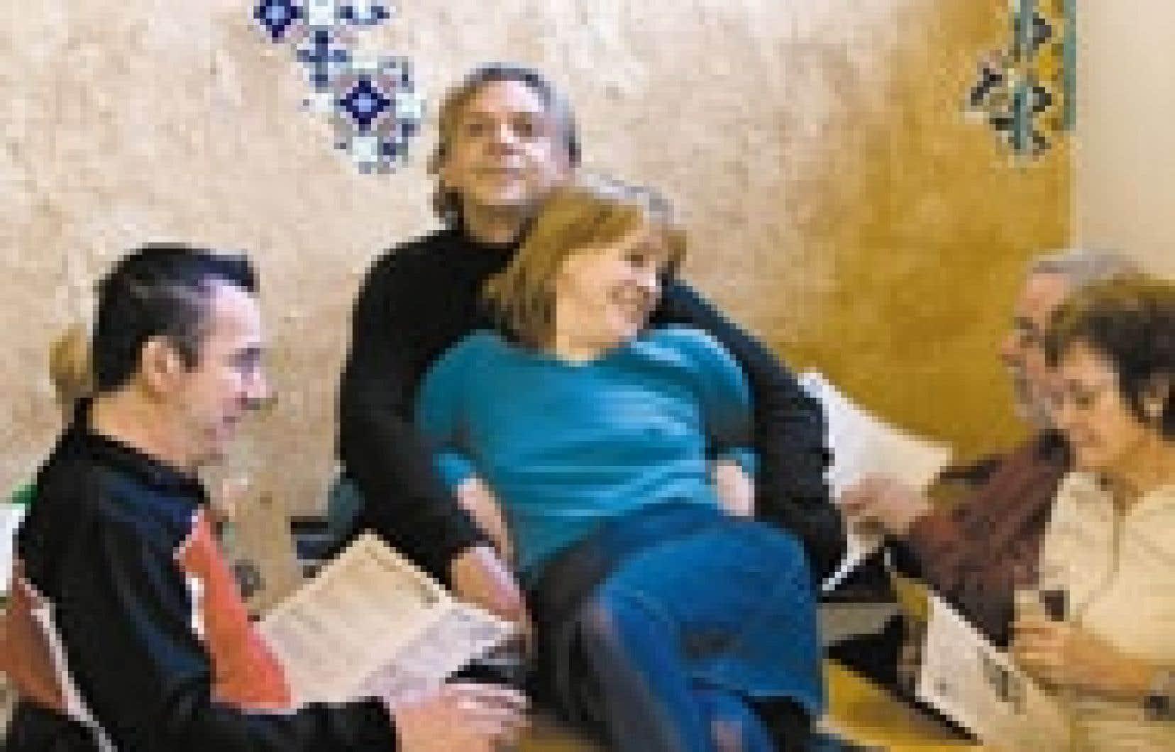 Sa position préférée? «M'alanguir.» Marc Labrèche et Joblo en pleine séance d'alanguissement au café Byblos.