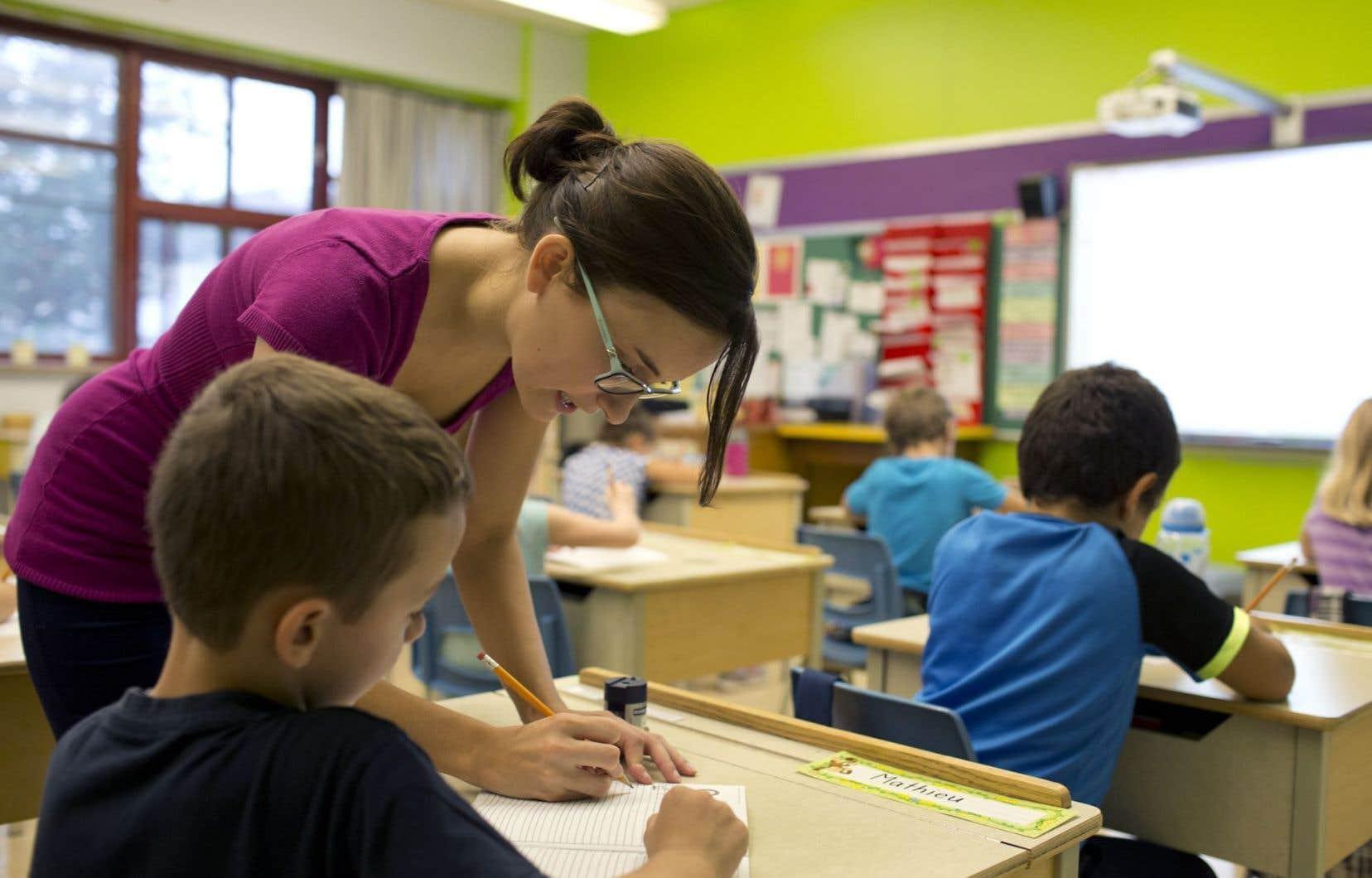 Les critiques souvent virulentes d'un parent à l'endroit d'un enseignant ou d'un membre de la direction ont tendance à favoriser la reproduction du même comportement chez l'élève.