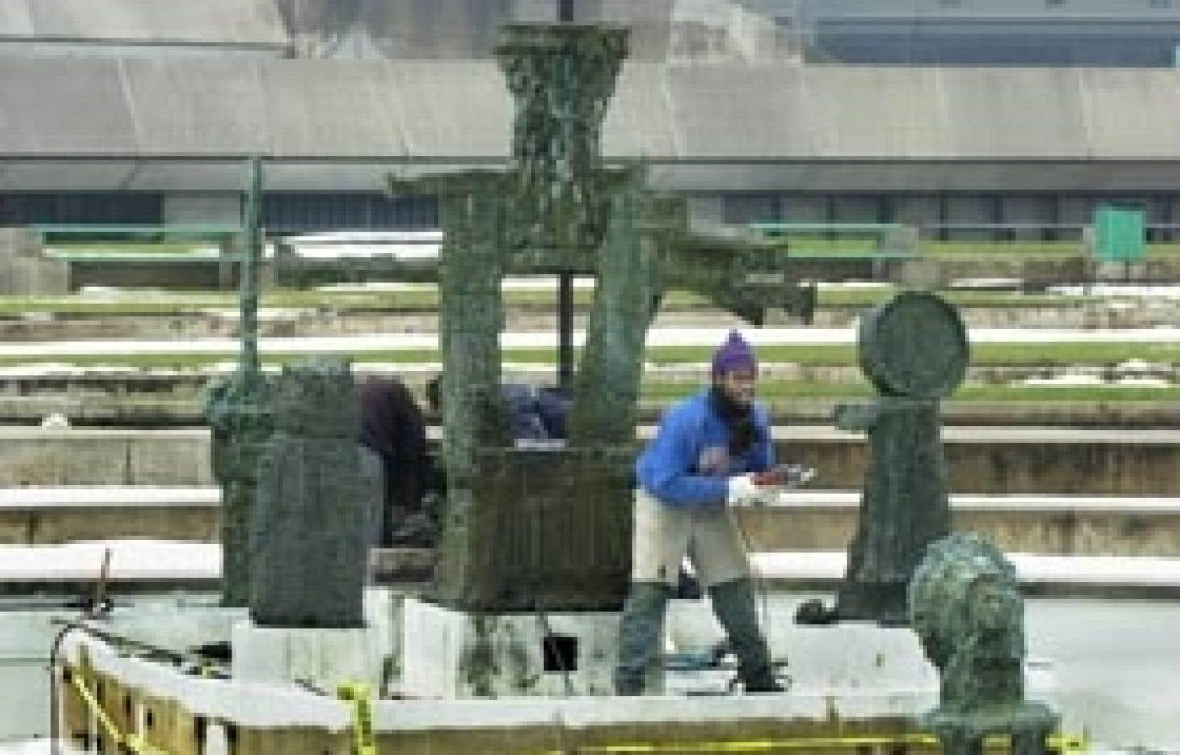 La Joute, la sculpture-fontaine de Riopelle intégrée plusieurs années au parc Olympique, a été démantelée en novembre 2002 pour être réinstallée entre le Palais des congrès et l'édifice de la Caisse de dépôt, dans le quartier de la financ