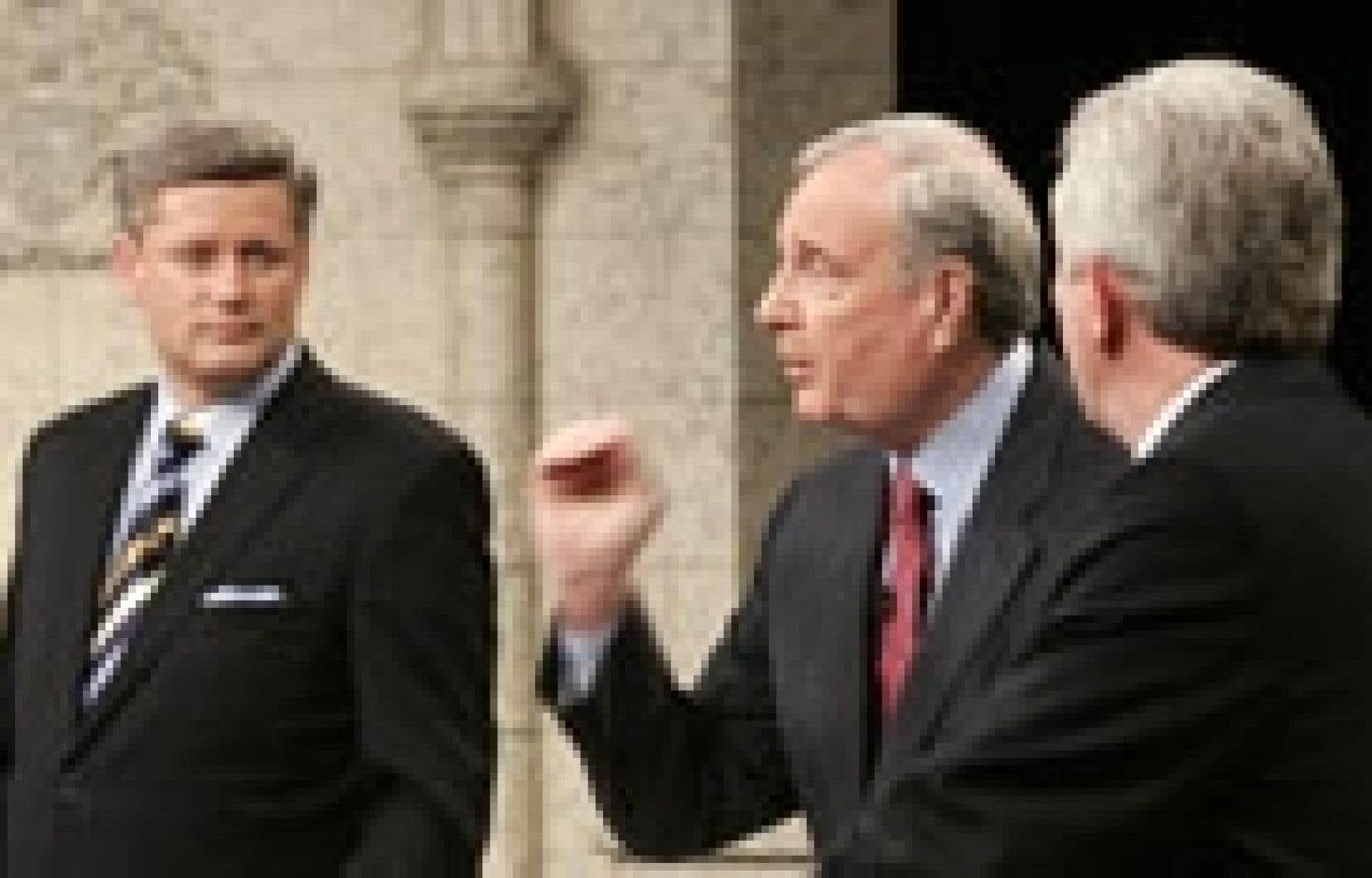 Stephen Harper, Paul Martin et Gilles Duceppe, lors de l'un des deux premiers débats.