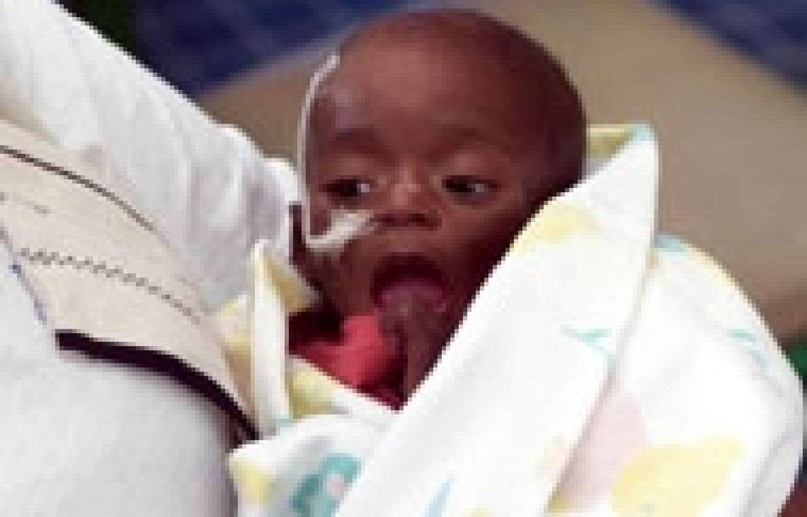 Un enfant né avec le sida dans une clinique de Cape Town, en Afrique du Sud.