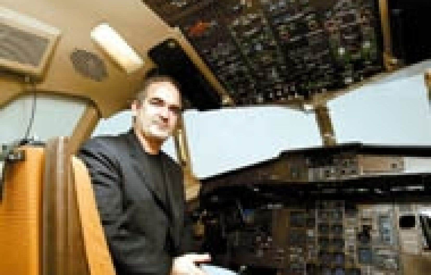 Xavier-Henri Hervé dans un des simulateurs de Mechtronix. Depuis 1997, l'entreprise a livré 100 simulateurs, dont dix au cours du dernier exercice financier. Les ventes se partagent également entre les marchés européen, américain et asiatique.