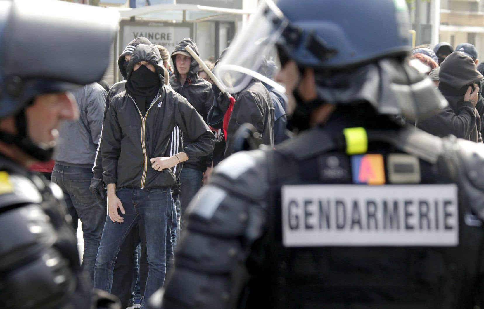 Des militants antifascistes ont manifesté à Calais, au Nord, dimanche, en riposte à un rassemblement de 300 partisans de l'extrême droite venus dénoncer la présence d'immigrants dans la ville.