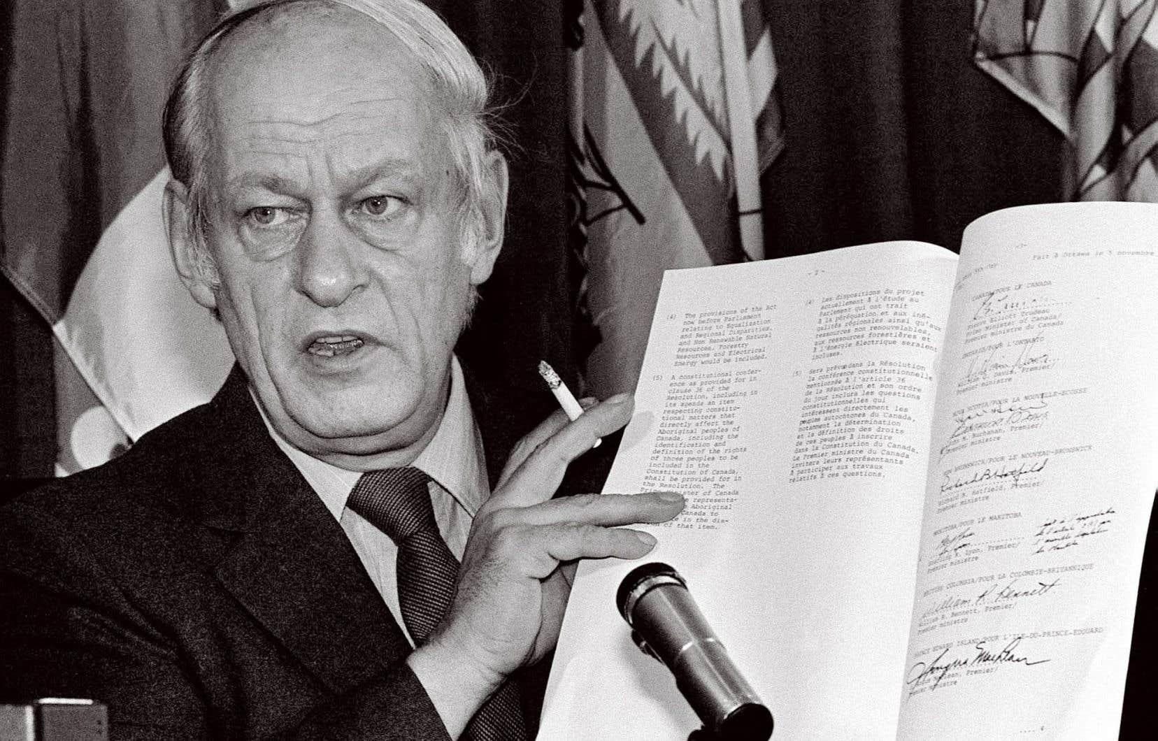 Le 11novembre 1981, René Lévesque, alors premier ministre du Québec, brandissait l'accord constitutionnel signé par toutes les provinces canadiennes, sauf le Québec.