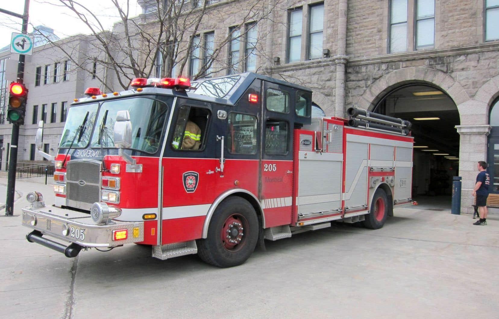 Furieux contre le projet de loi 3 qui prévoit une importante réforme de leurs régimes de retraite, les pompiers ont adopté plusieurs moyens de pression, dont la pose d'autocollants sur les véhicules du Service de sécurité incendie de Montréal.