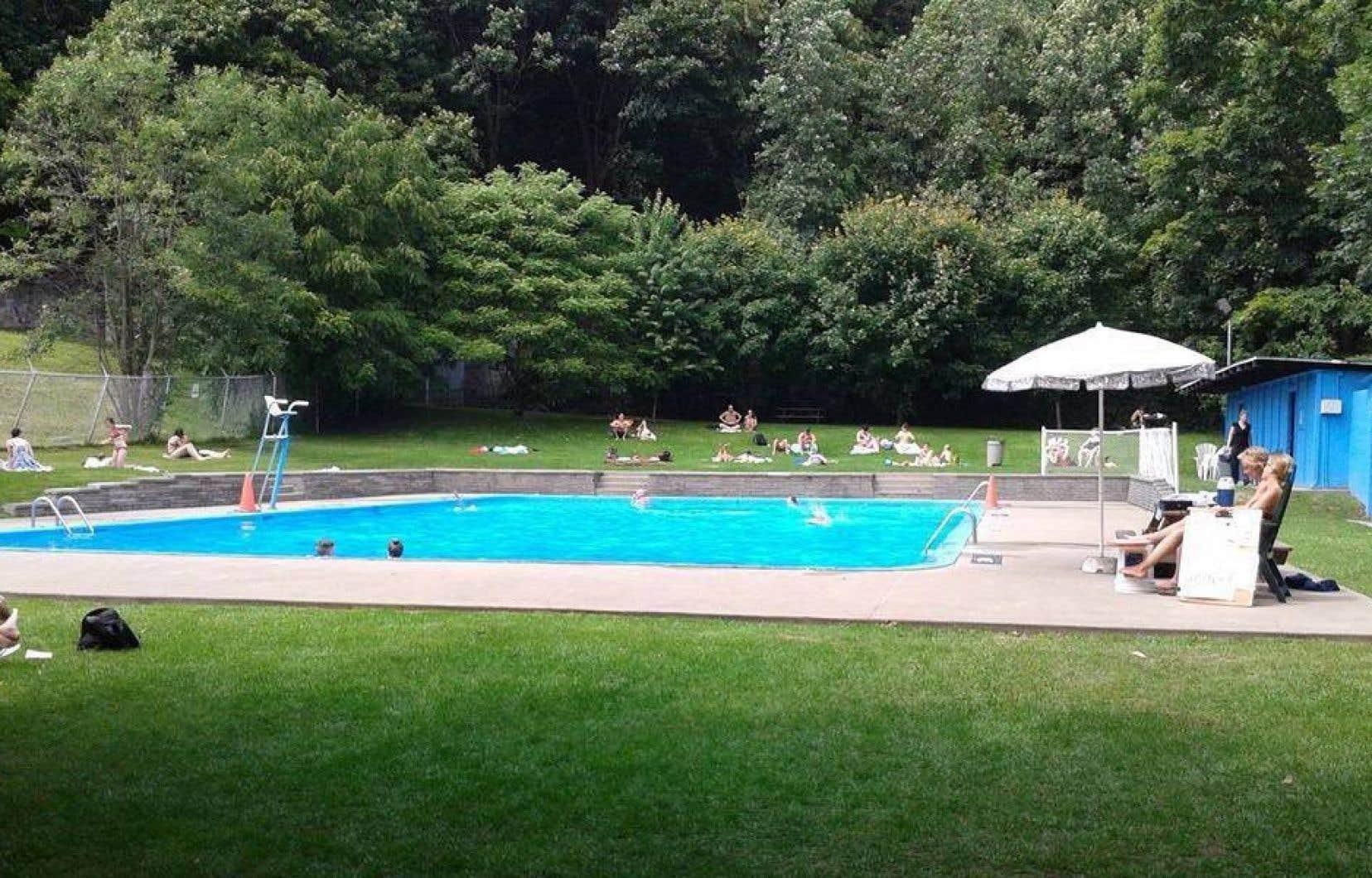Initialement réservée aux employés et aux patients de l'hôpital, la piscine était accessible au grand public depuis une dizaine d'années. À flanc de montagne et entourée de verdure, elle était décrite comme le secret le mieux gardé à Montréal.