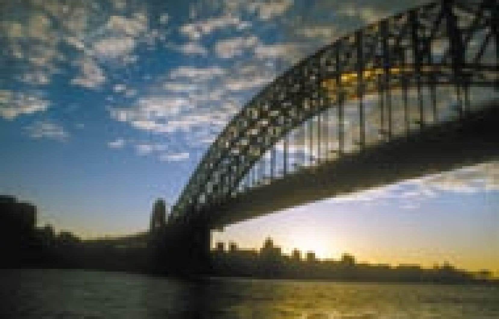 La ville vue du haut du Harbour Bridge, l'une des constructions les plus célèbres de Sydney. — Gary Lawrence