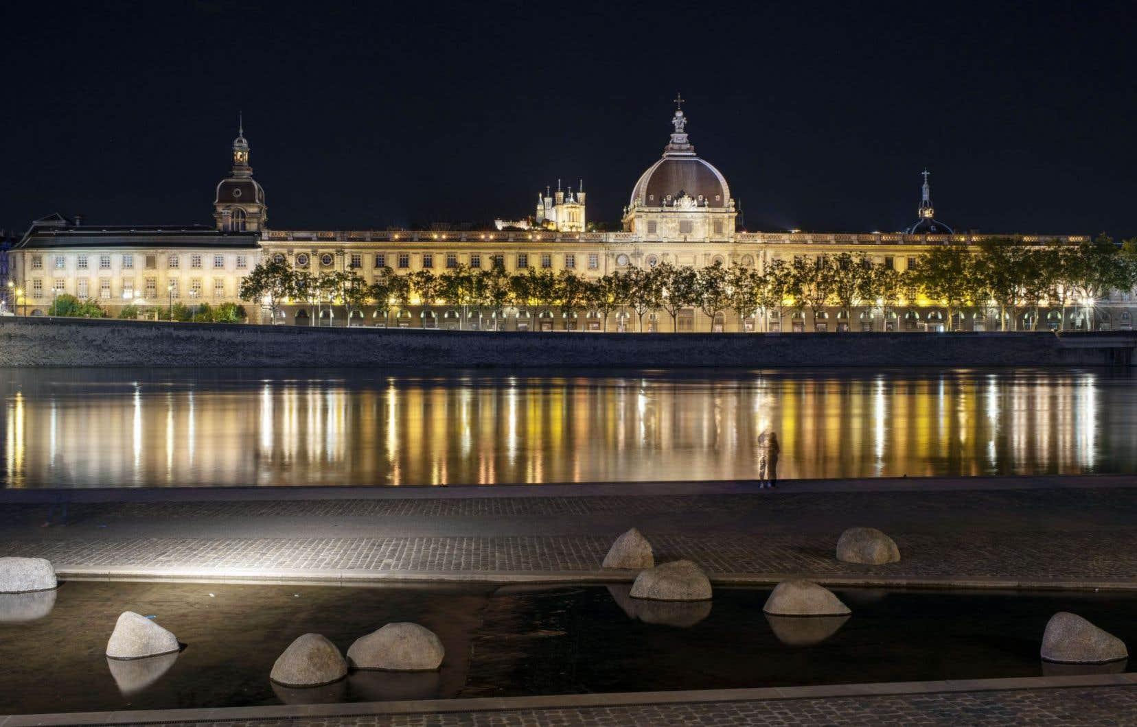 Situé sur une presqu'île, au cœur de Lyon, le Grand Hôtel-Dieu est bordé à l'est par le Rhône, au sud par la rue De La Barre et à l'ouest par la rue Bellecordière.