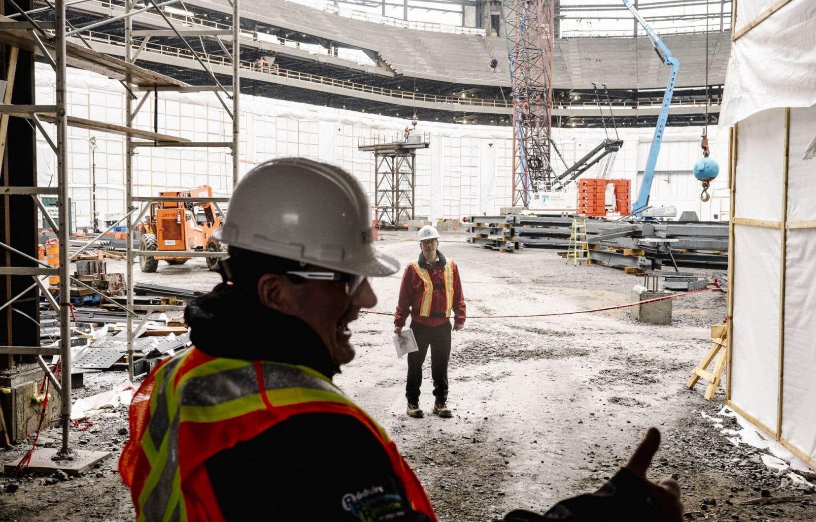 Le maire Régis Labeaume visite le site du futur amphithéâtre de Québec.
