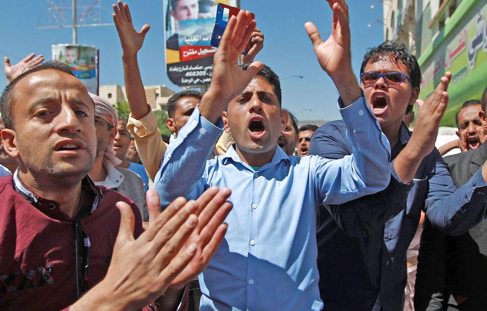 Des centaines de Yéménites se sont rassemblés dimanche à Sanaa, scandant des slogans anti-Houthis et demandant leur départ.