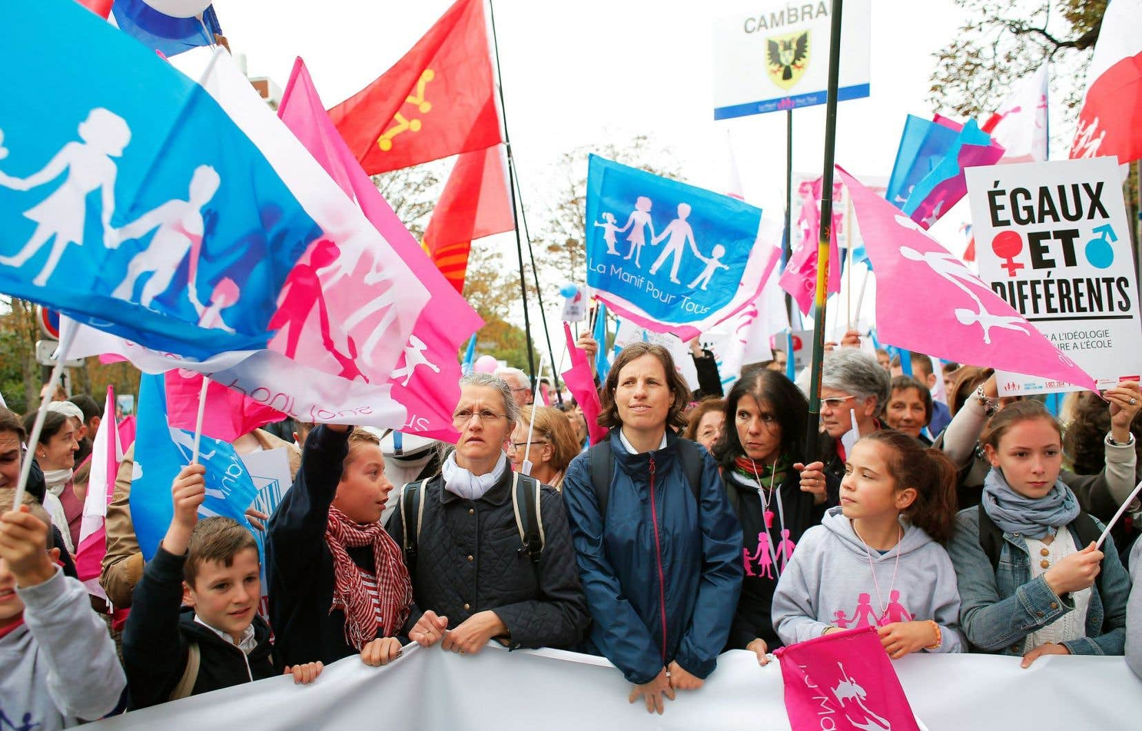 Des participants de la Manif pour tous, opposés à la « gestation pour autrui », dimanche à Paris.