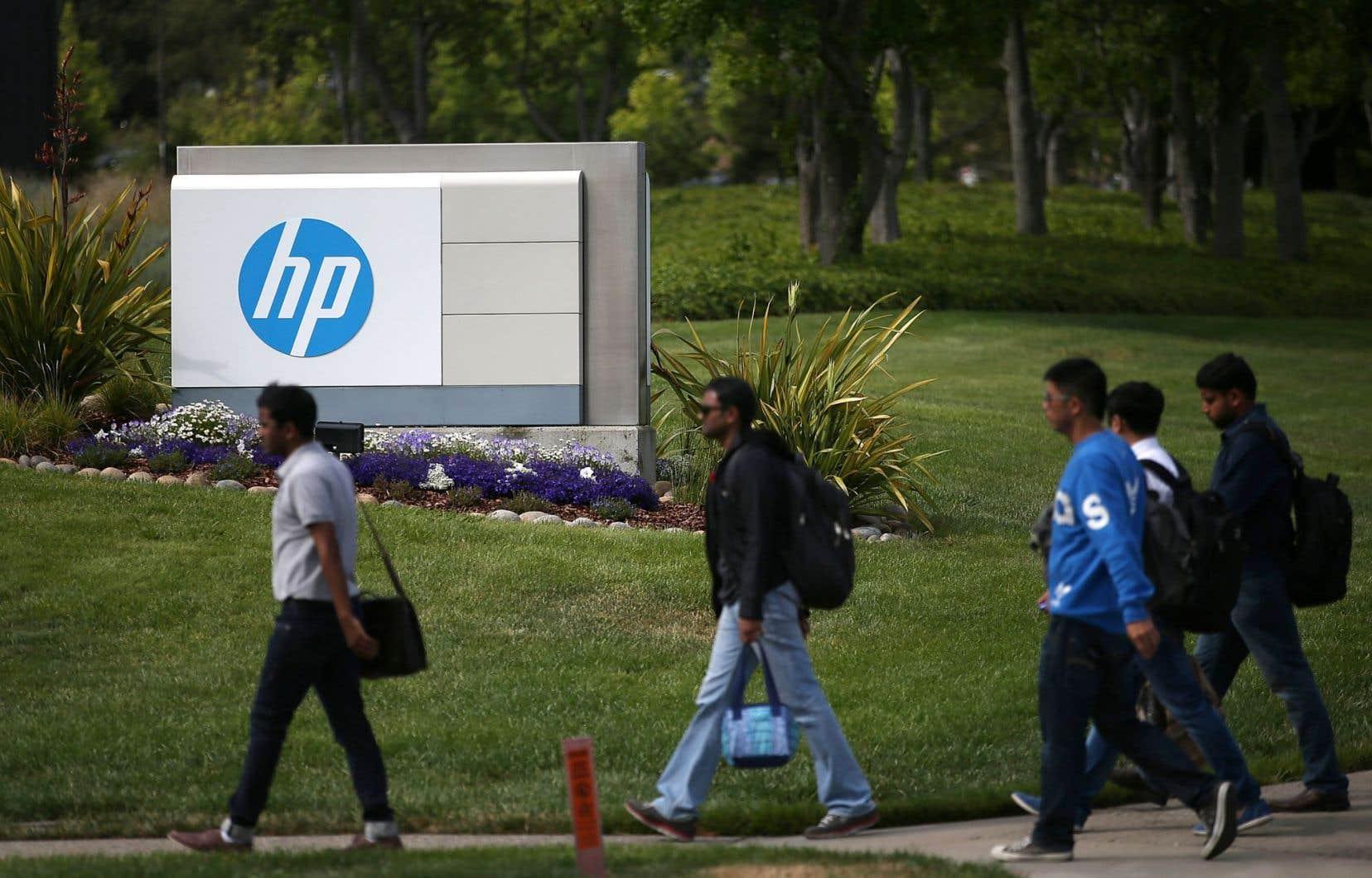 Des piétons marchent devant le siège social de Hewlett-Packard, à Palo Alto, en Californie.