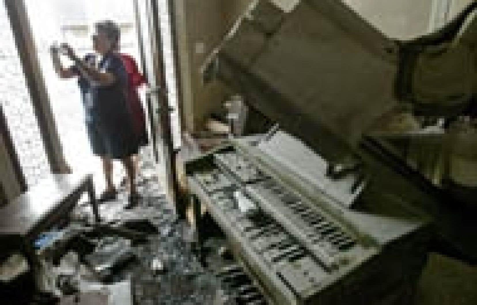 Lina Nunez photographie l'intérieur de sa maison de La Nouvelle-Orléans qui a été en partie détruite par l'ouragan Katrina.